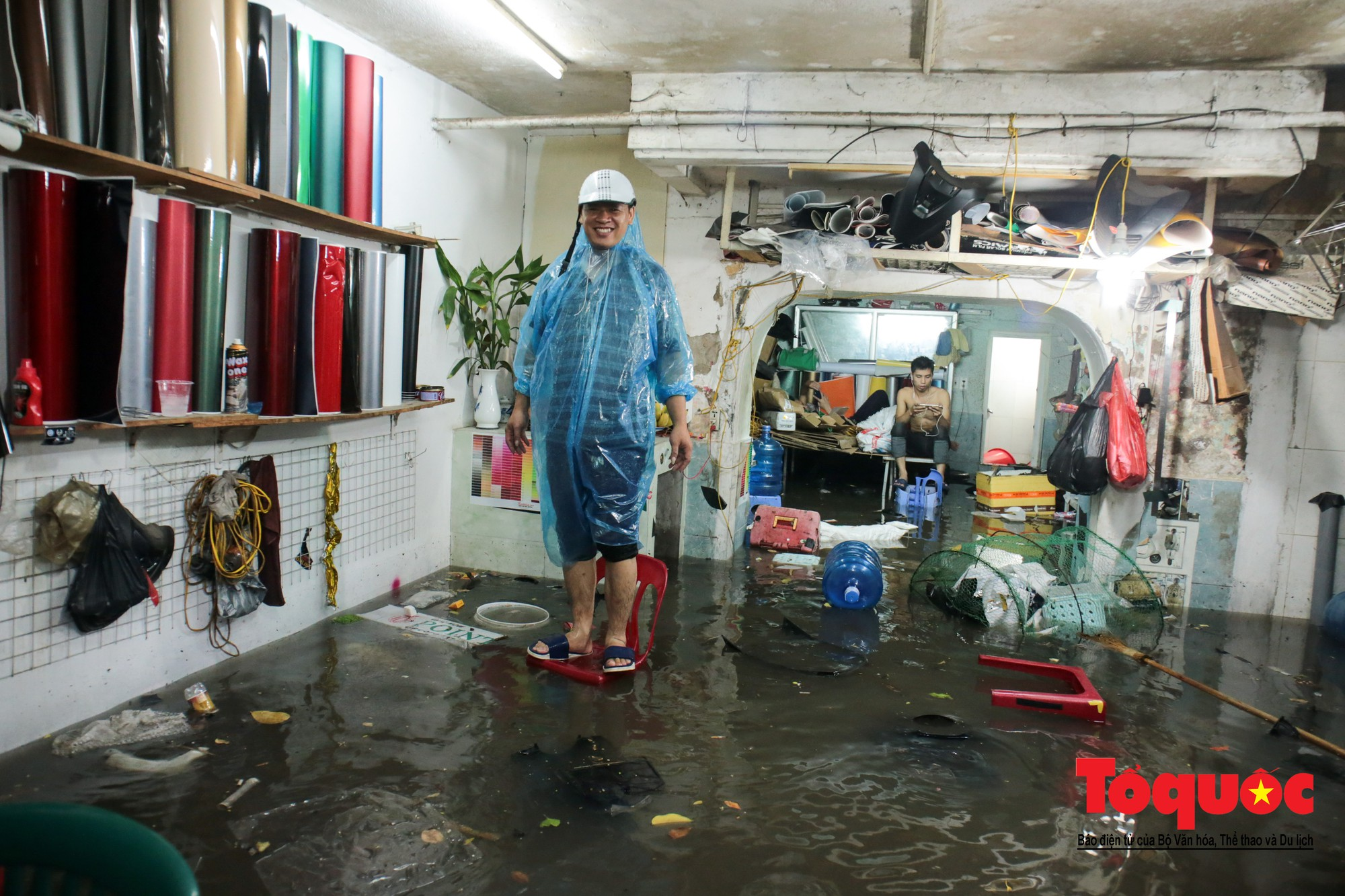 Hà Nội mưa lớn bất ngờ, nhiều tuyến đường lại ngập trong sâu biển nước26