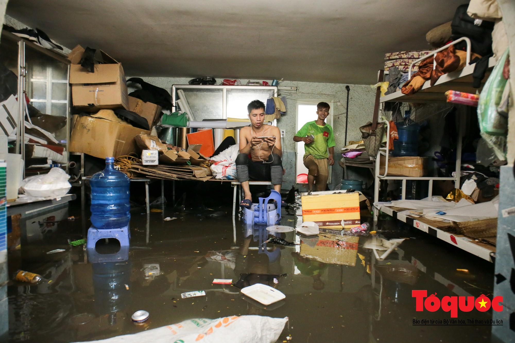 Hà Nội mưa lớn bất ngờ, nhiều tuyến đường lại ngập trong sâu biển nước27