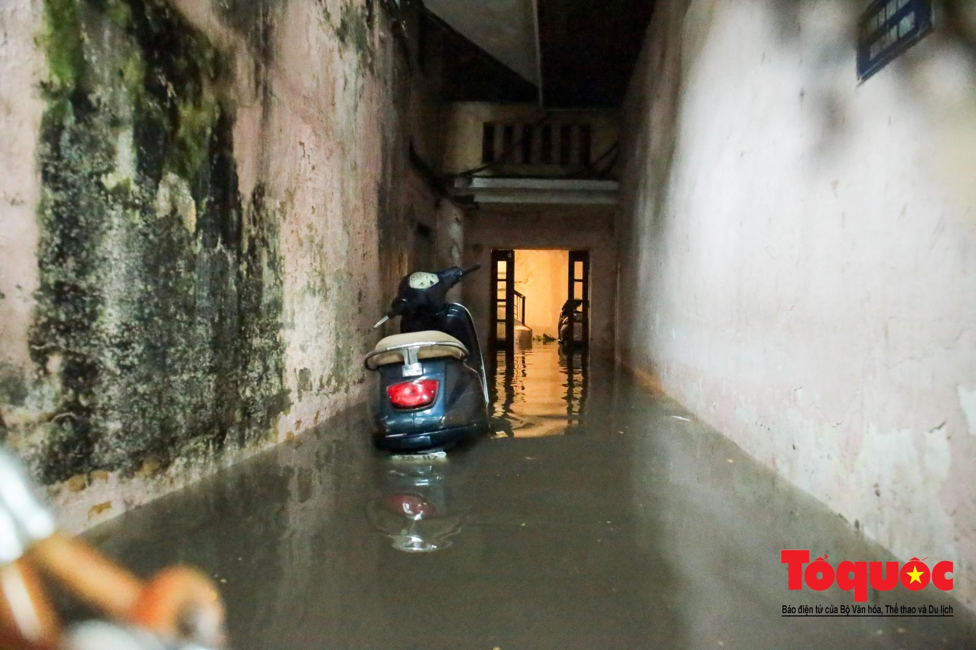 Hà Nội mưa lớn bất ngờ, nhiều tuyến đường lại ngập trong sâu biển nước28