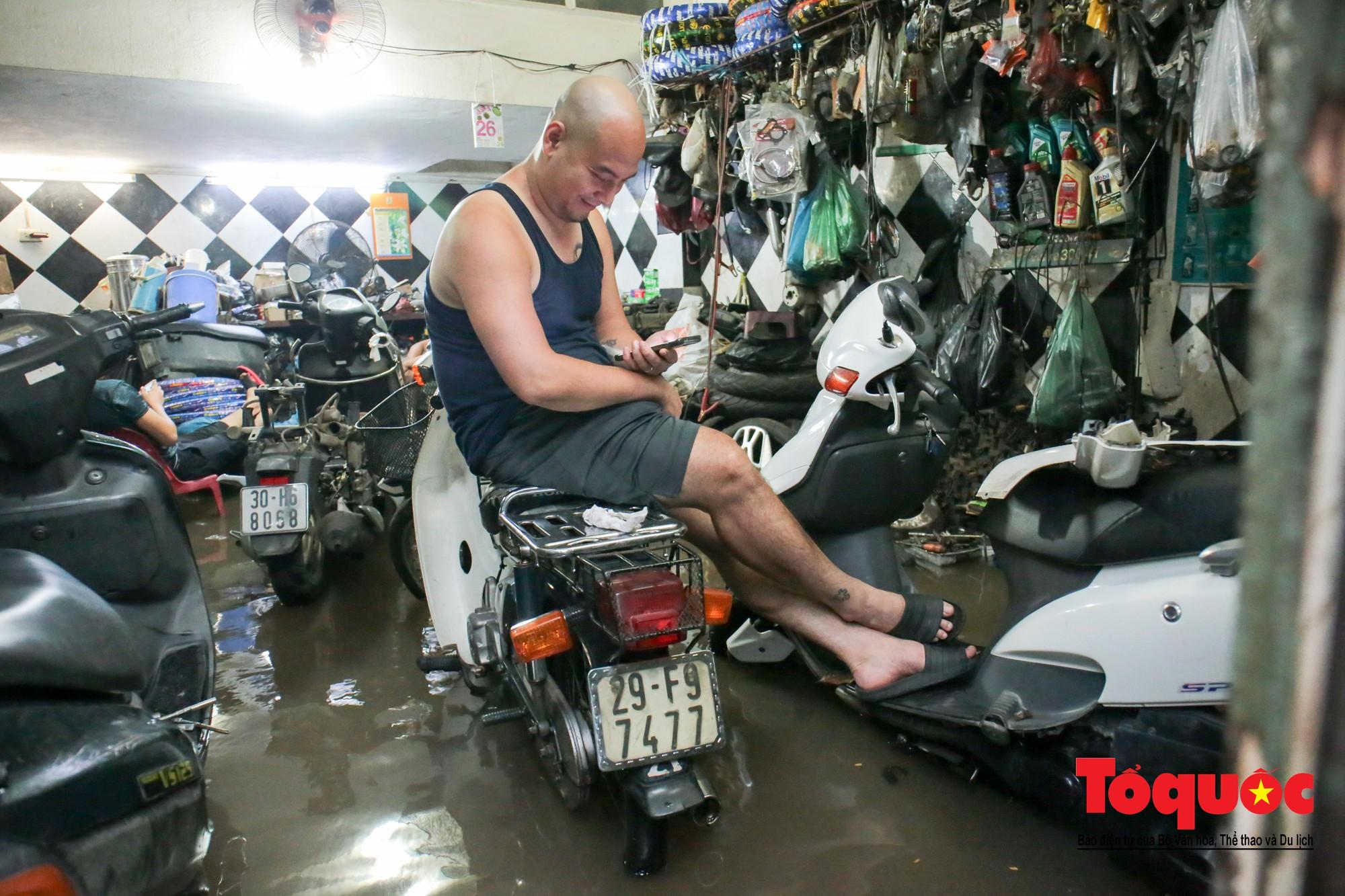 Hà Nội mưa lớn bất ngờ, nhiều tuyến đường lại ngập trong sâu biển nước29