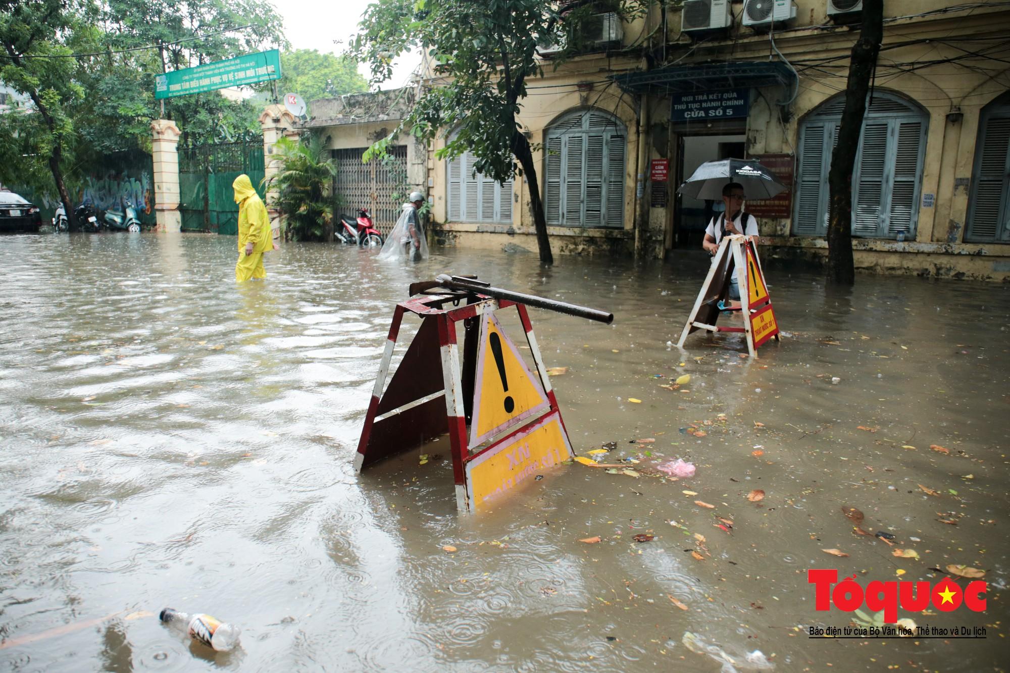 Hà Nội mưa lớn bất ngờ, nhiều tuyến đường lại ngập trong sâu biển nước30