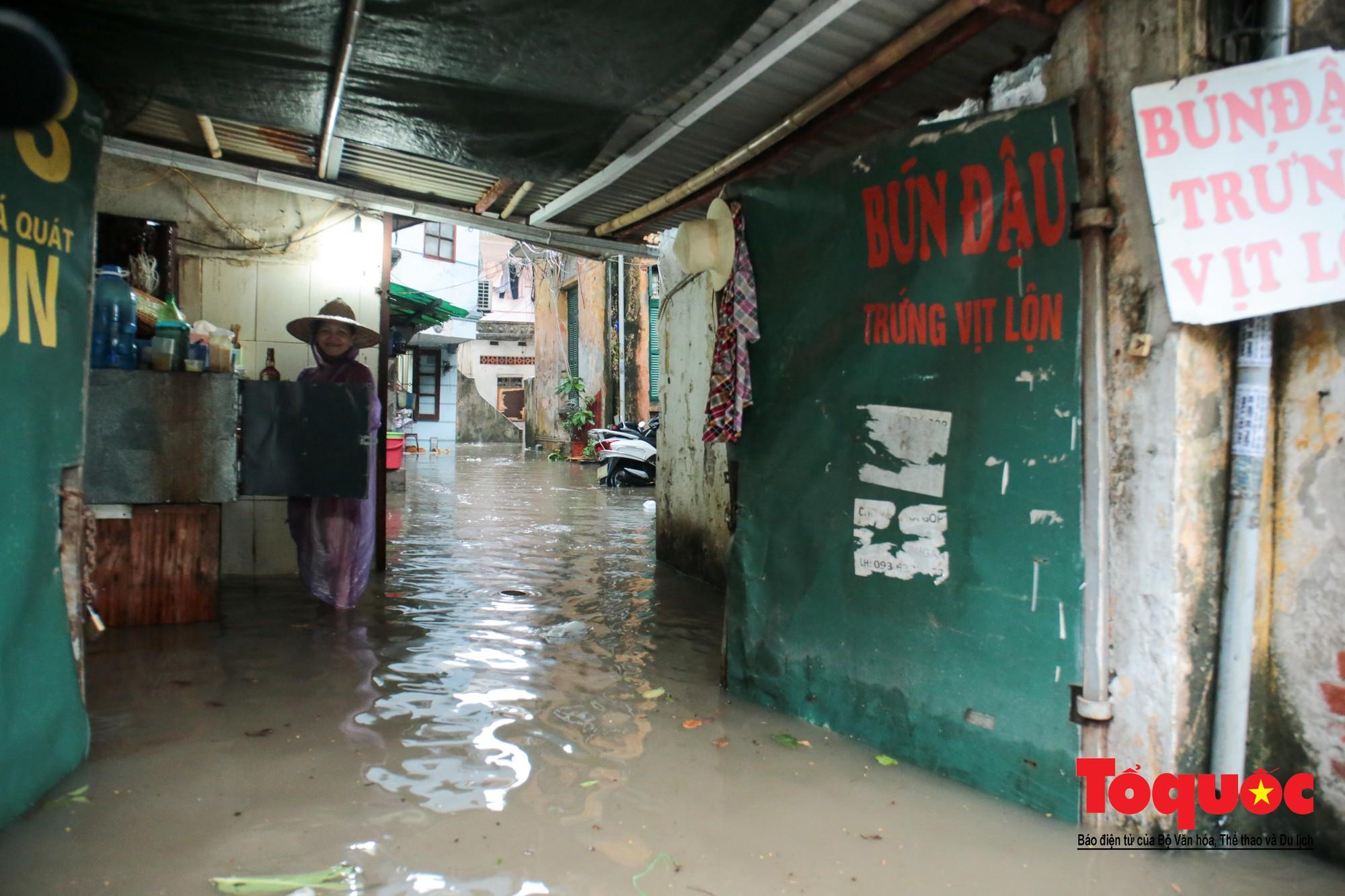 Hà Nội mưa lớn bất ngờ, nhiều tuyến đường lại ngập trong sâu biển nước31
