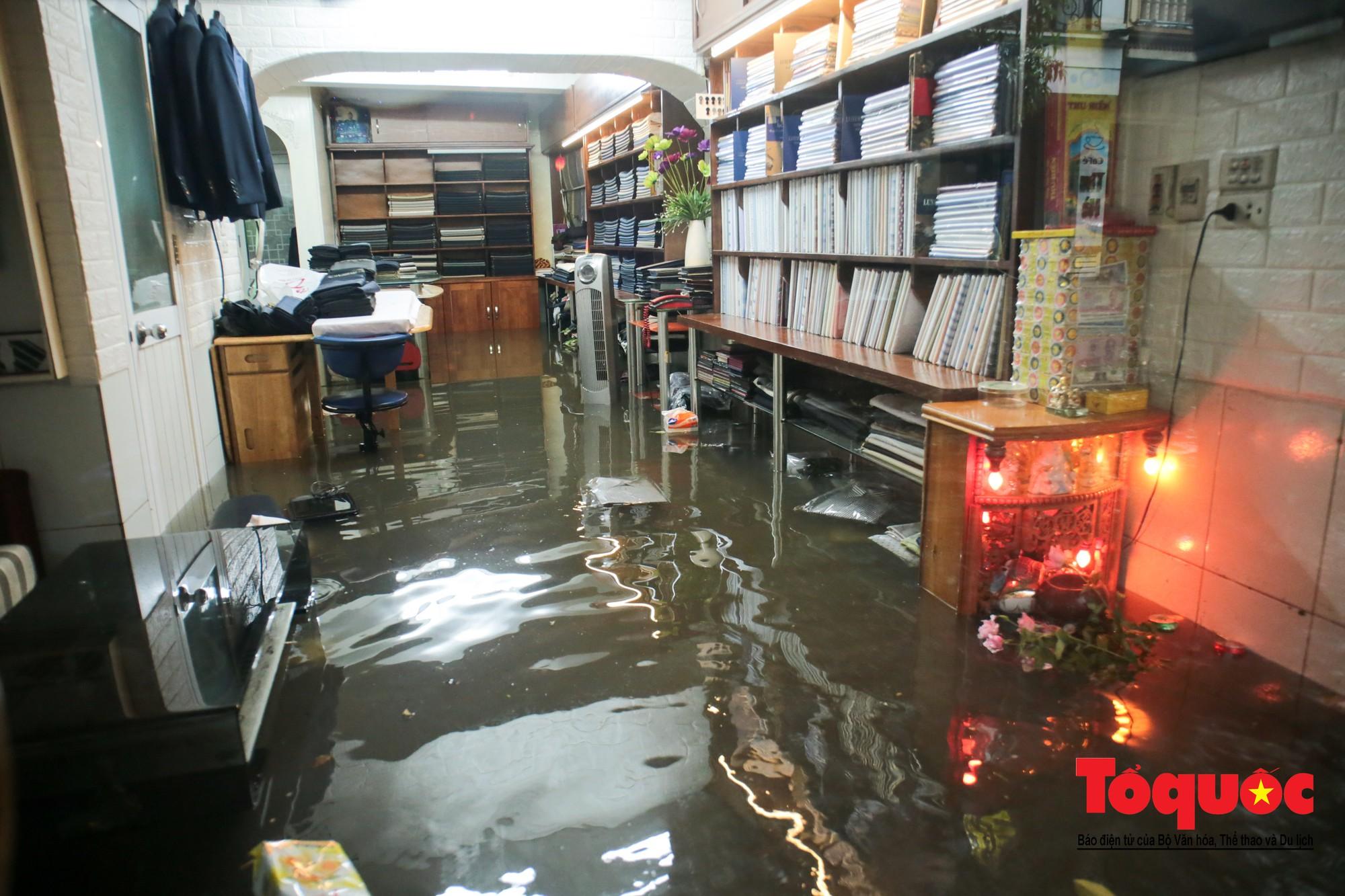 Hà Nội mưa lớn bất ngờ, nhiều tuyến đường lại ngập trong sâu biển nước33