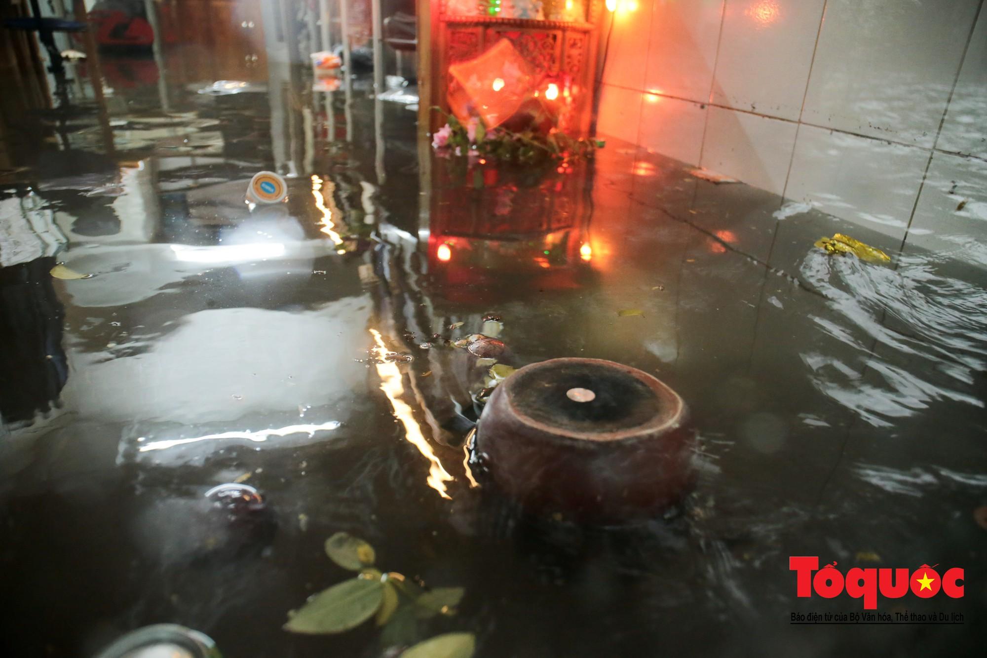 Hà Nội mưa lớn bất ngờ, nhiều tuyến đường lại ngập trong sâu biển nước34
