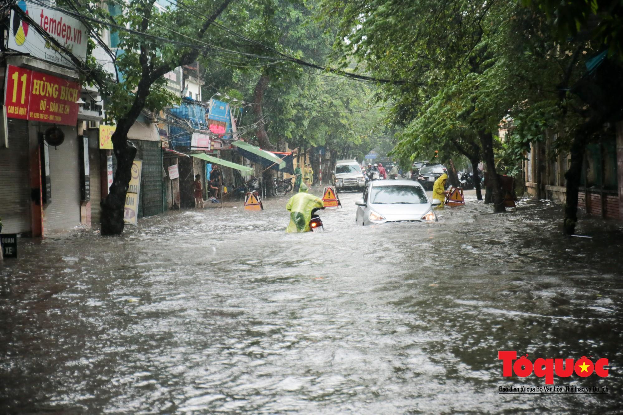 Hà Nội mưa lớn bất ngờ, nhiều tuyến đường lại ngập trong sâu biển nước35