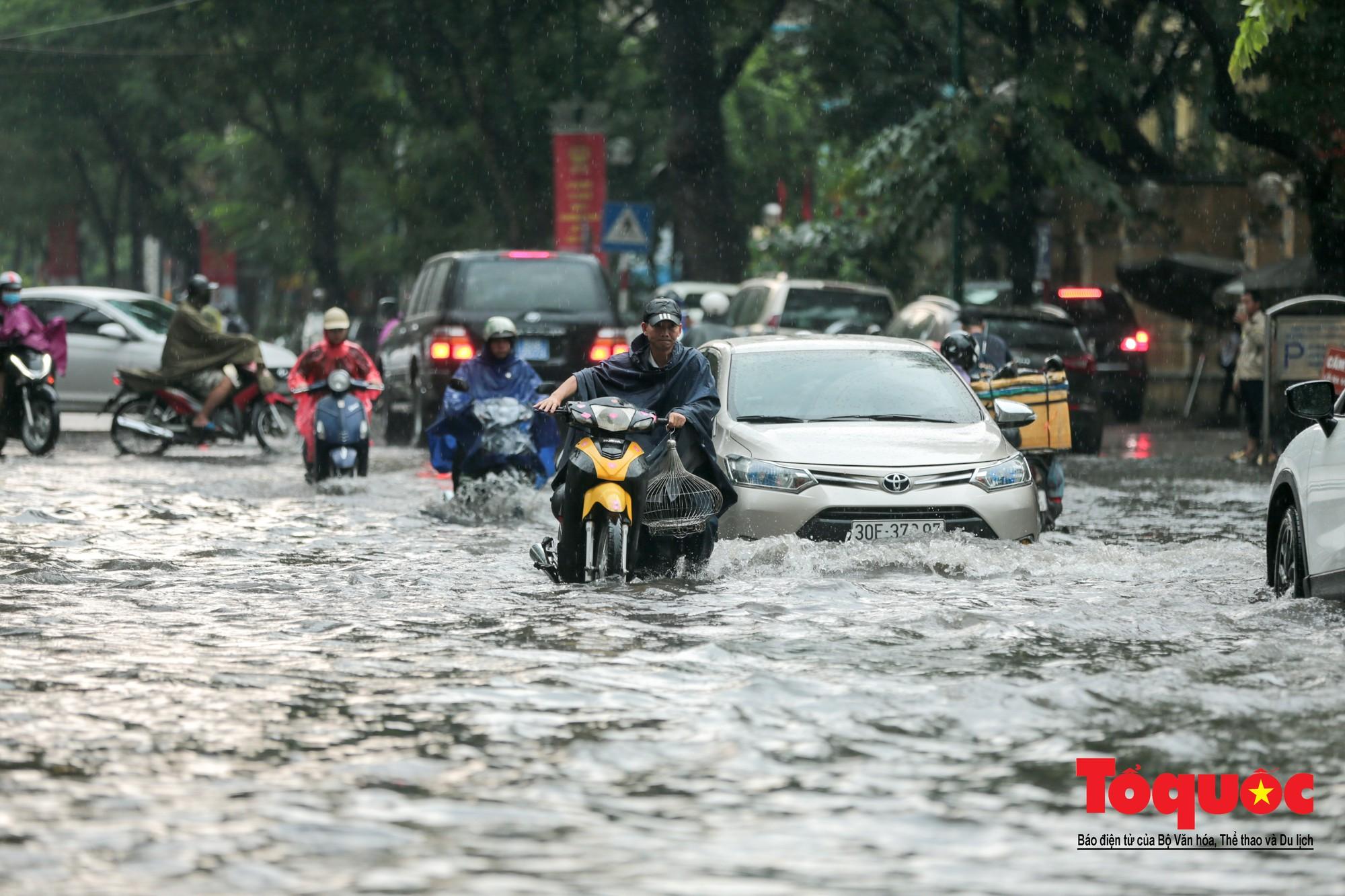 Hà Nội mưa lớn bất ngờ, nhiều tuyến đường lại ngập trong sâu biển nước4