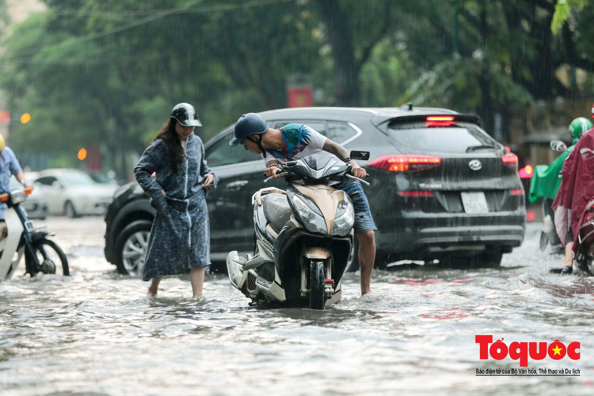 Hà Nội mưa lớn bất ngờ, nhiều tuyến đường lại ngập trong sâu biển nước5