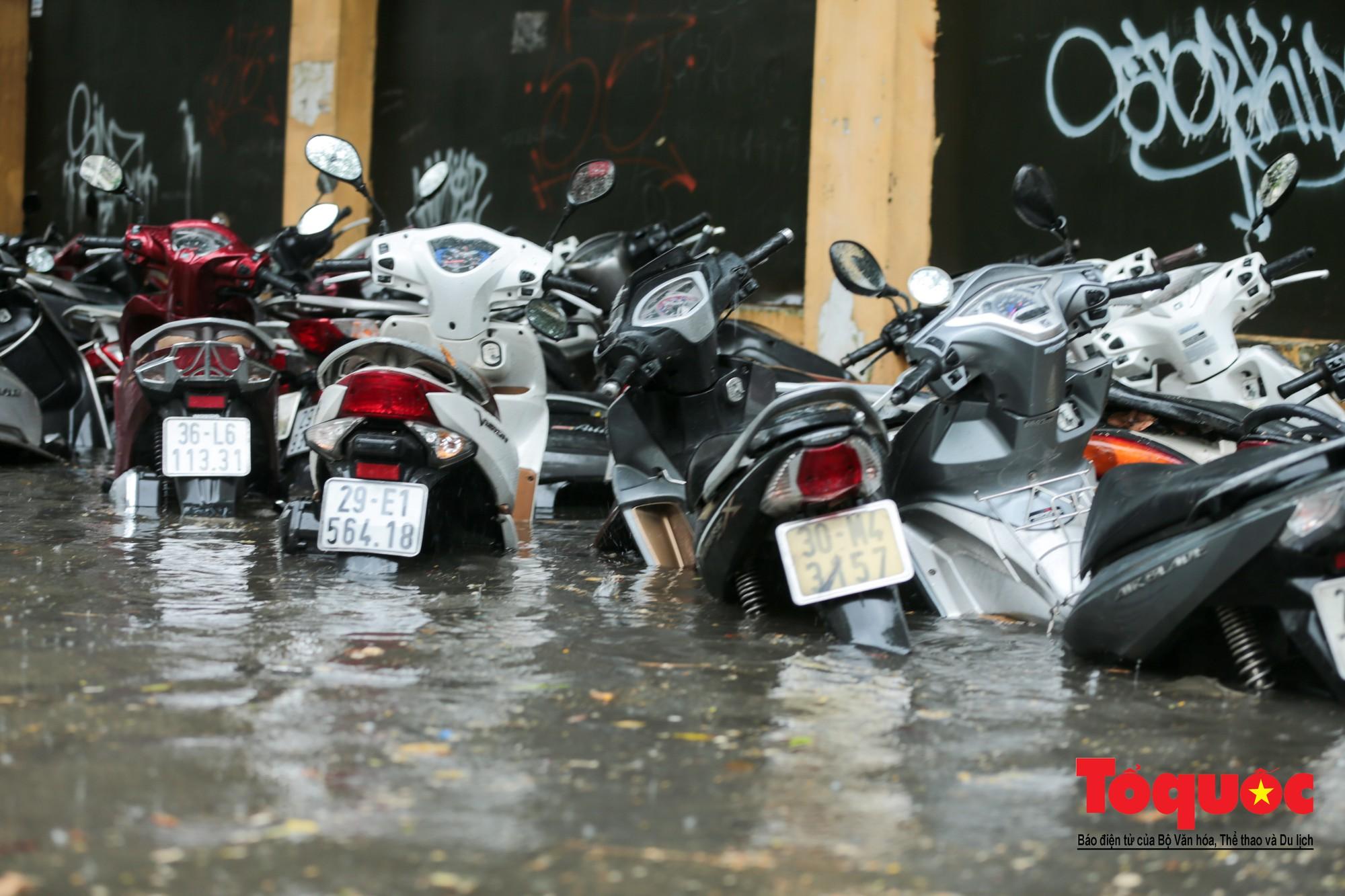Hà Nội mưa lớn bất ngờ, nhiều tuyến đường lại ngập trong sâu biển nước6