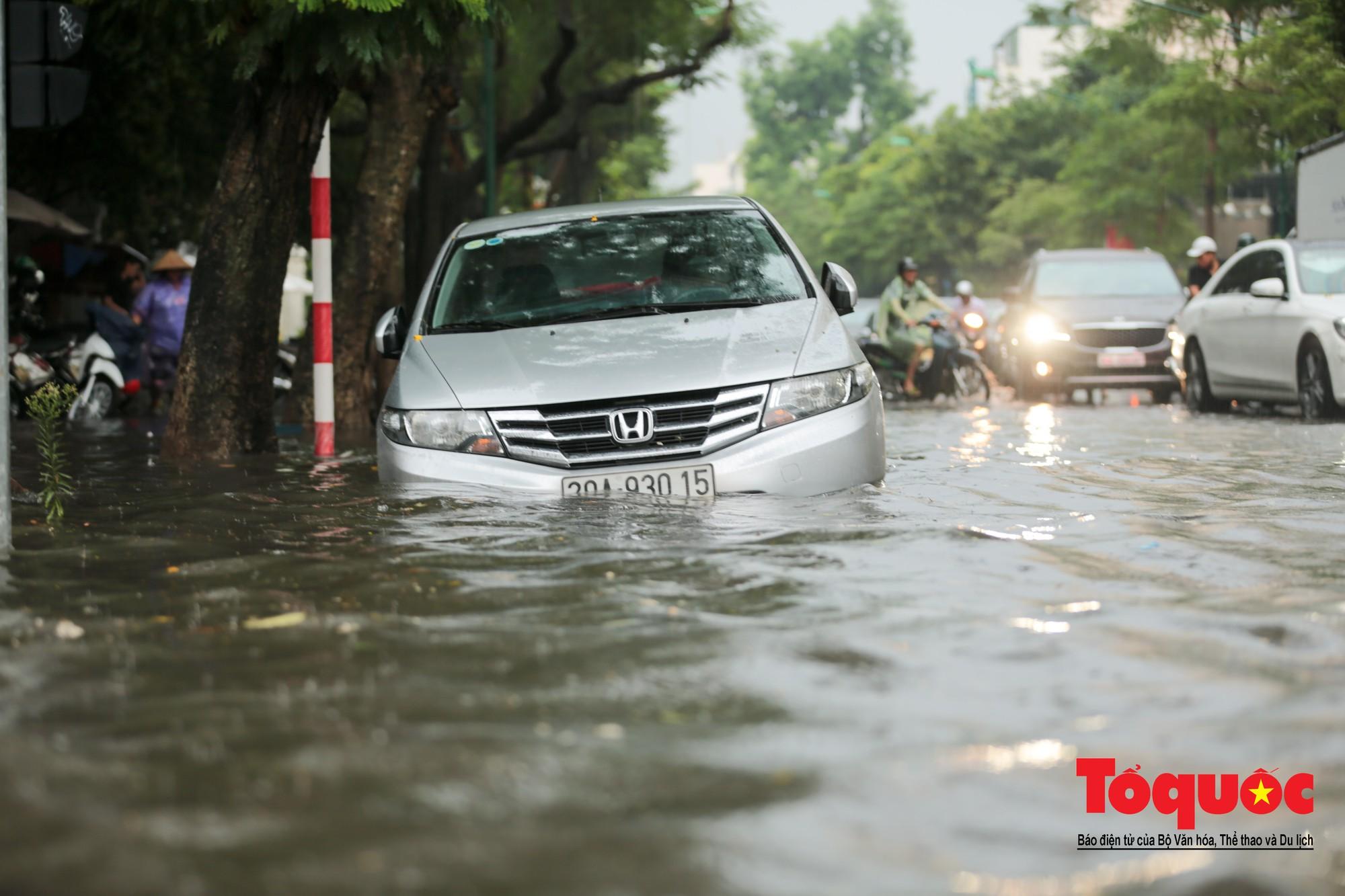 Hà Nội mưa lớn bất ngờ, nhiều tuyến đường lại ngập trong sâu biển nước7
