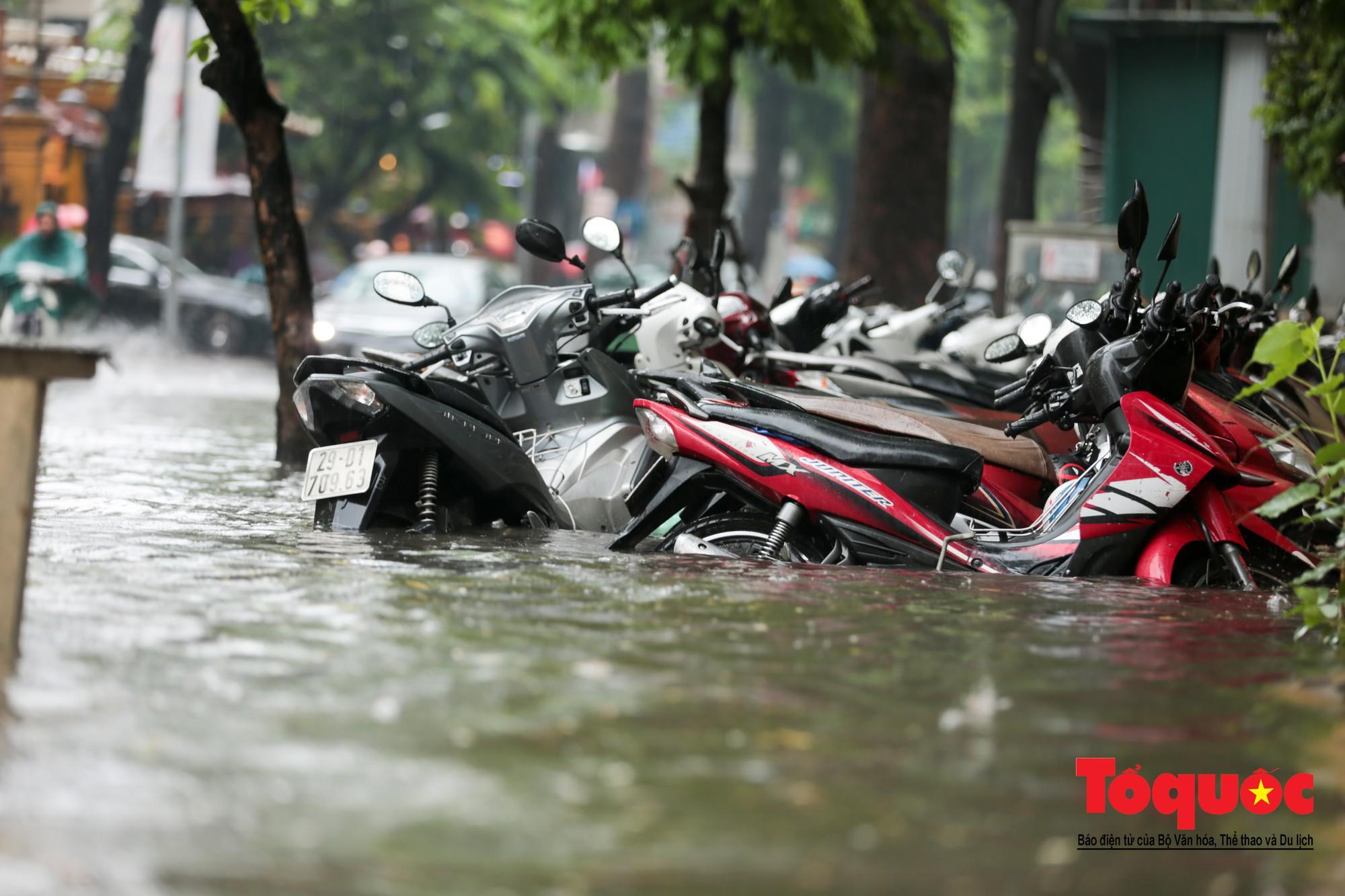 Hà Nội mưa lớn bất ngờ, nhiều tuyến đường lại ngập trong sâu biển nước8