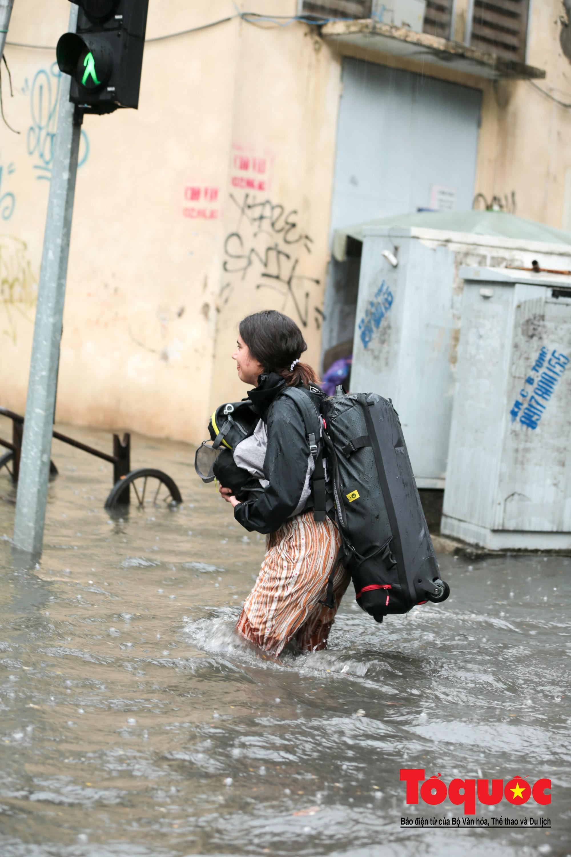 Hà Nội mưa lớn bất ngờ, nhiều tuyến đường lại ngập trong sâu biển nước9