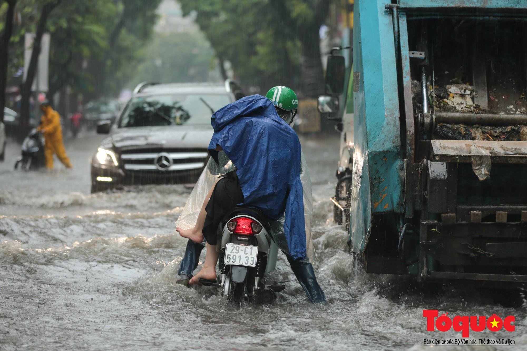 Hà Nội mưa lớn, xế hộp tập bơi qua tuyến phố ngâp nước (1)