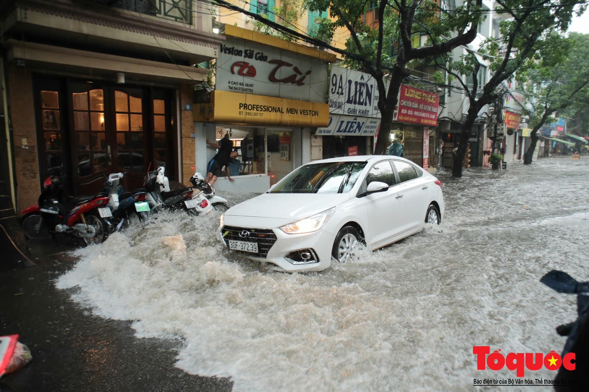 Hà Nội mưa lớn, xế hộp tập bơi qua tuyến phố ngâp nước (10)