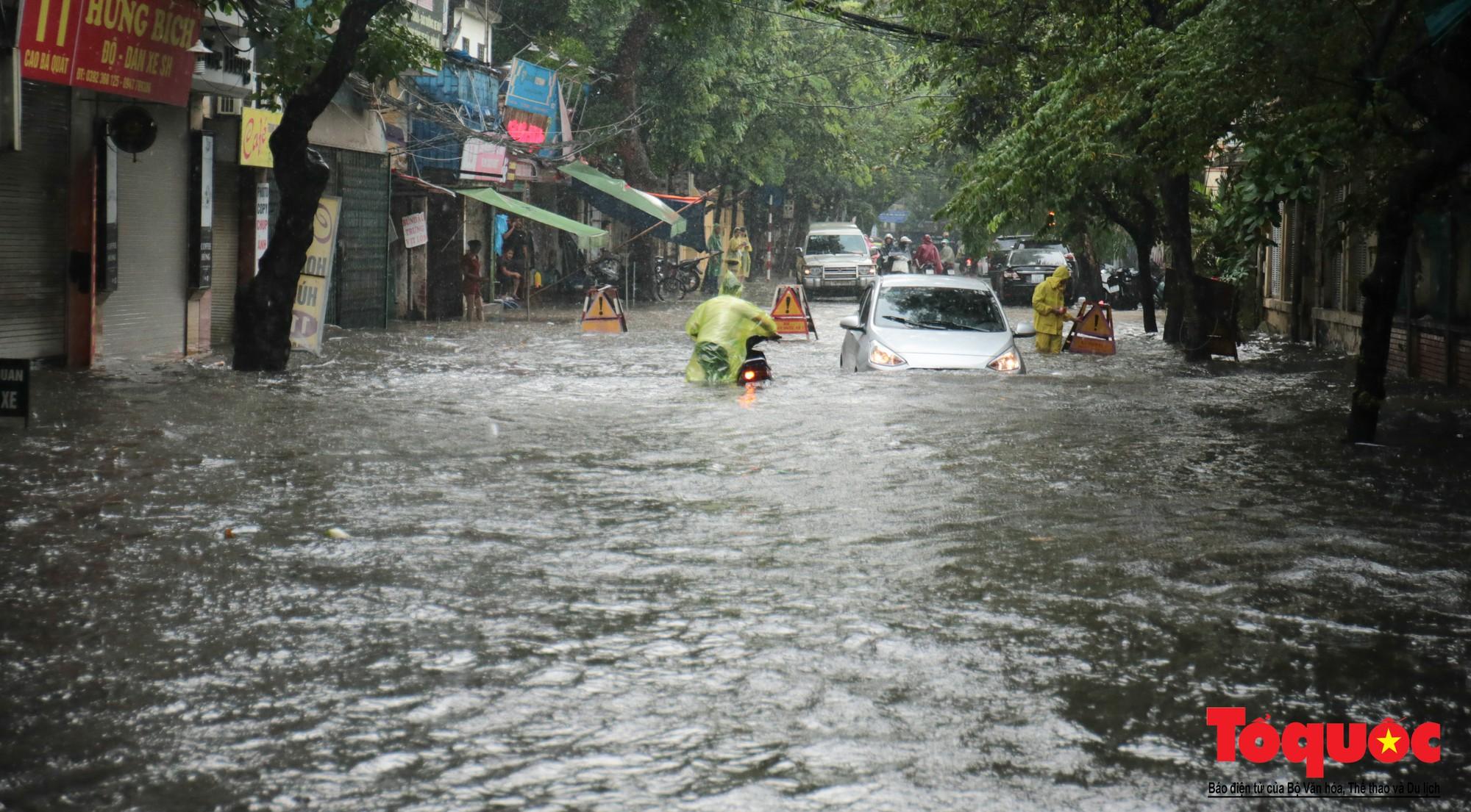 Hà Nội mưa lớn, xế hộp tập bơi qua tuyến phố ngâp nước (12)