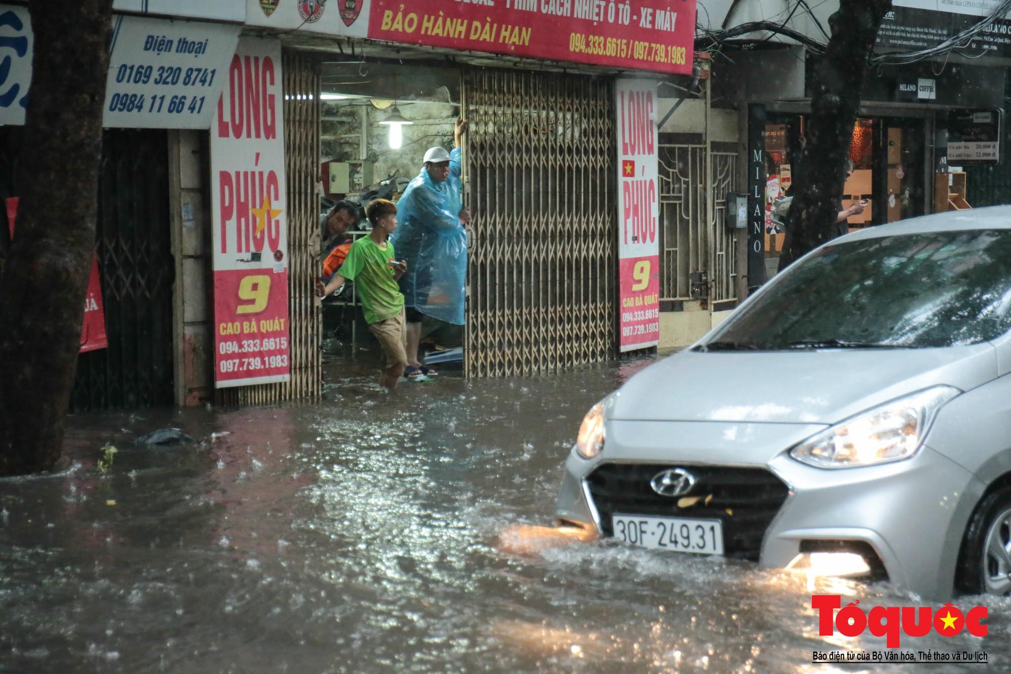 Hà Nội mưa lớn, xế hộp tập bơi qua tuyến phố ngâp nước (13)