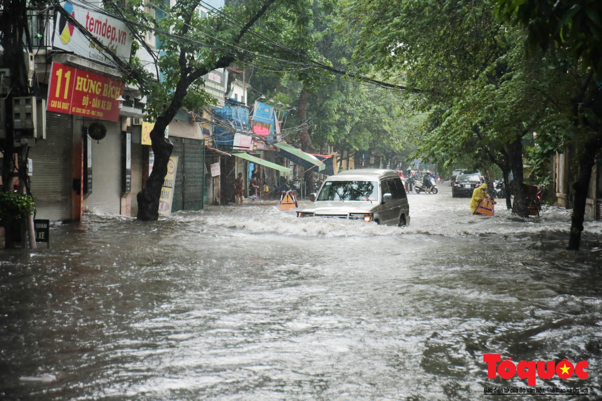 Hà Nội mưa lớn, xế hộp tập bơi qua tuyến phố ngâp nước (14)