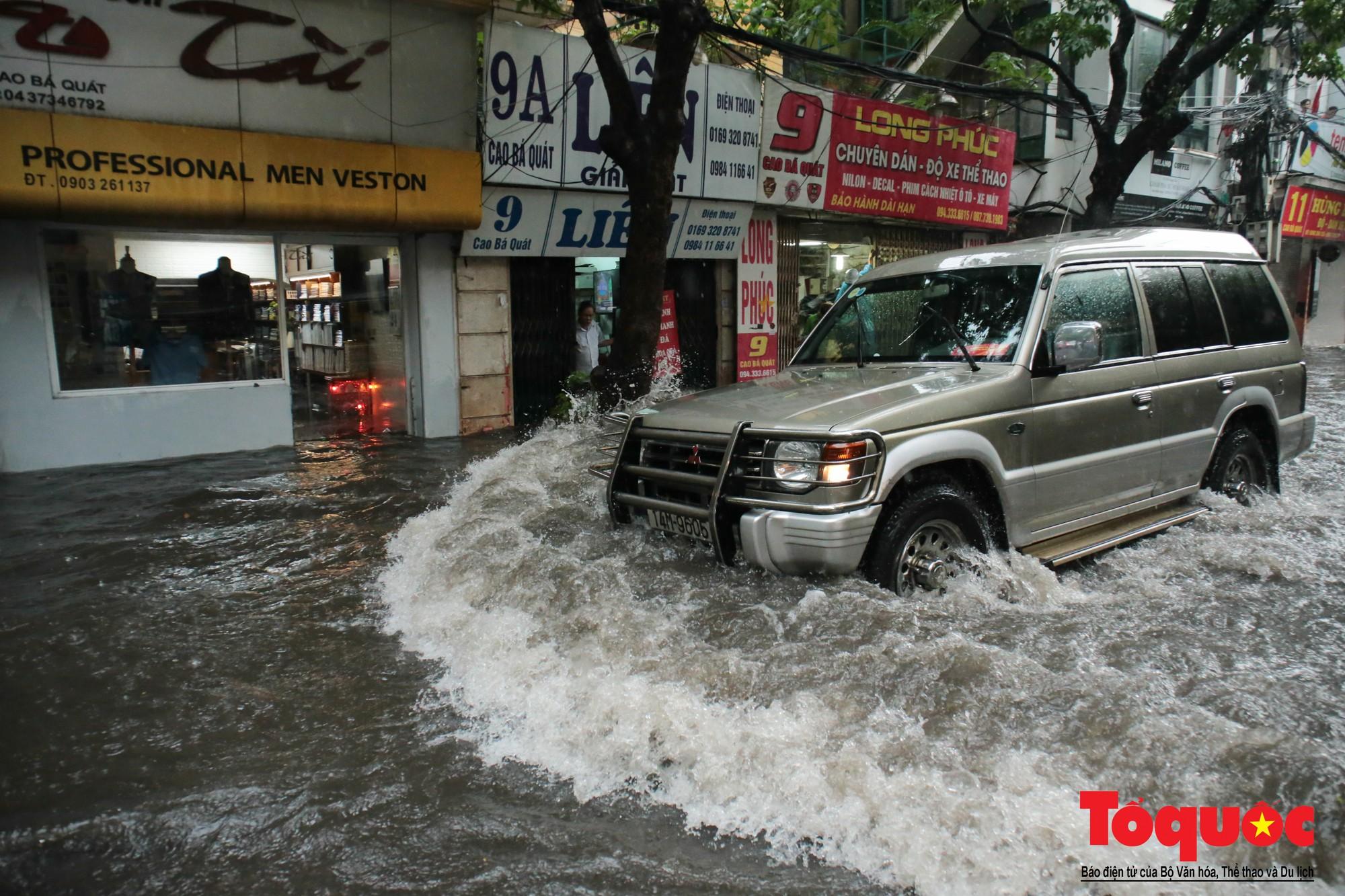 Hà Nội mưa lớn, xế hộp tập bơi qua tuyến phố ngâp nước (15)