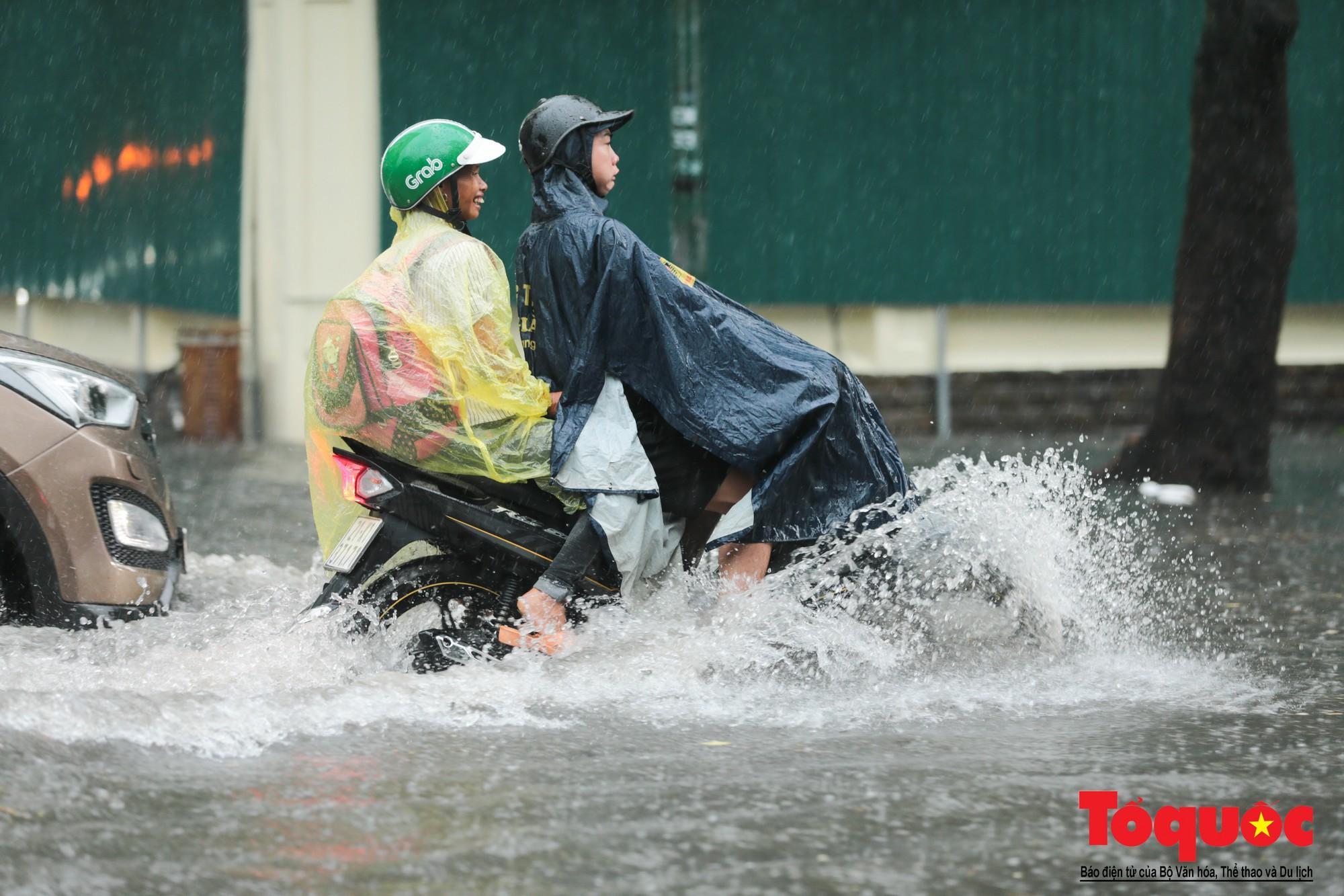 Hà Nội mưa lớn, xế hộp tập bơi qua tuyến phố ngâp nước (2)
