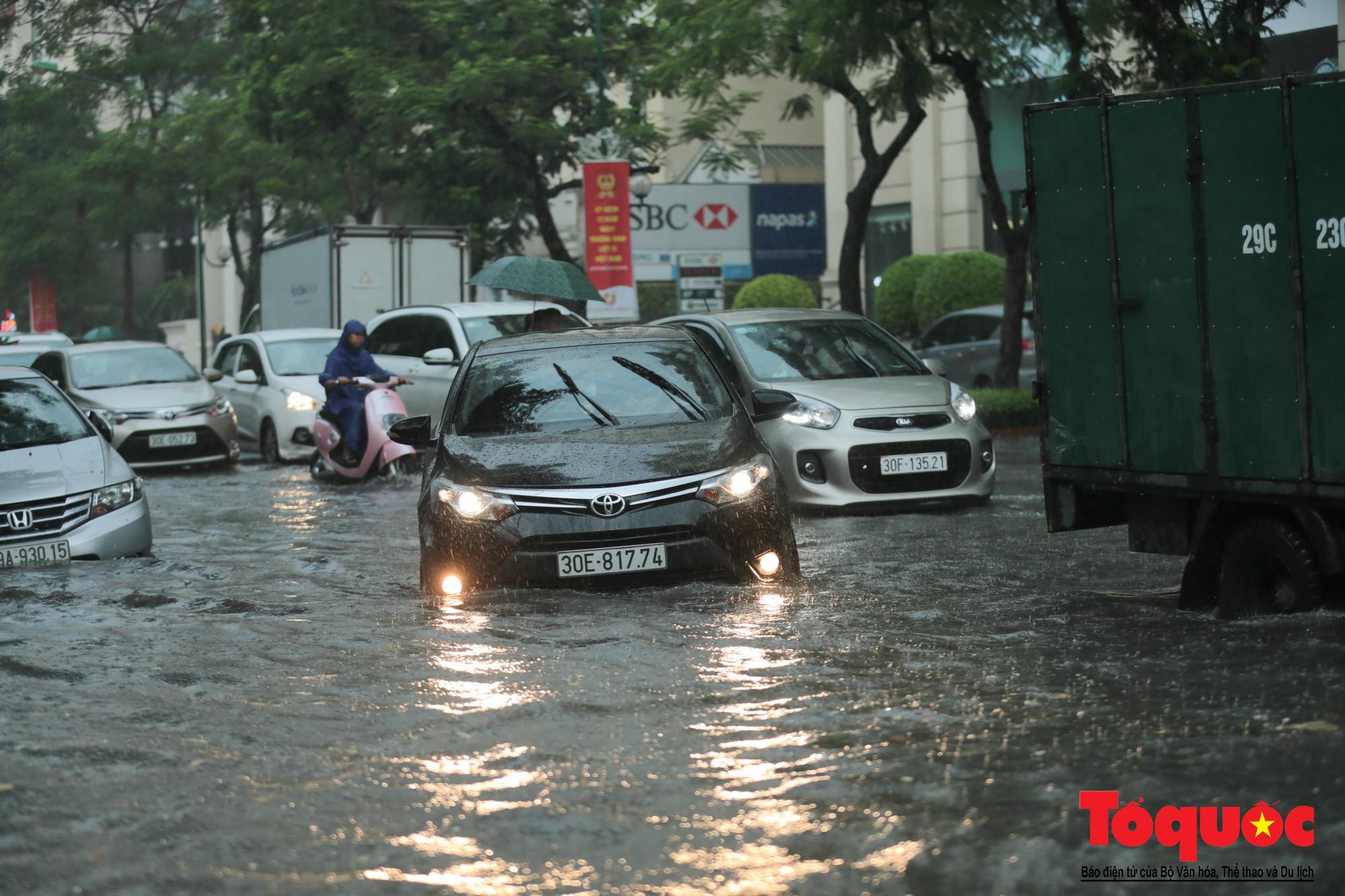 Hà Nội mưa lớn, xế hộp tập bơi qua tuyến phố ngâp nước (3)