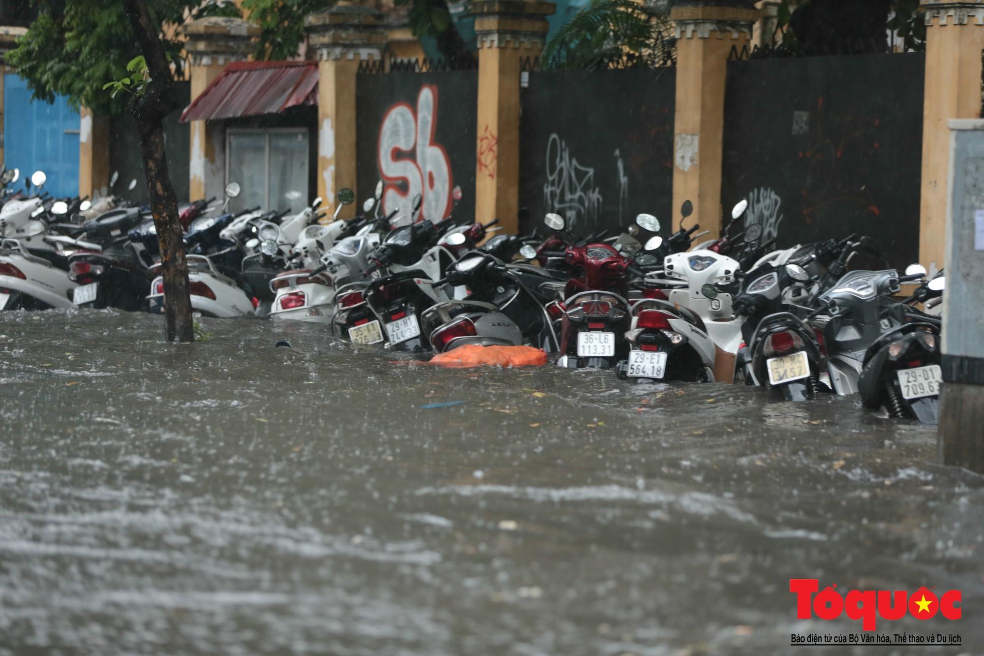 Hà Nội mưa lớn, xế hộp tập bơi qua tuyến phố ngâp nước (4)