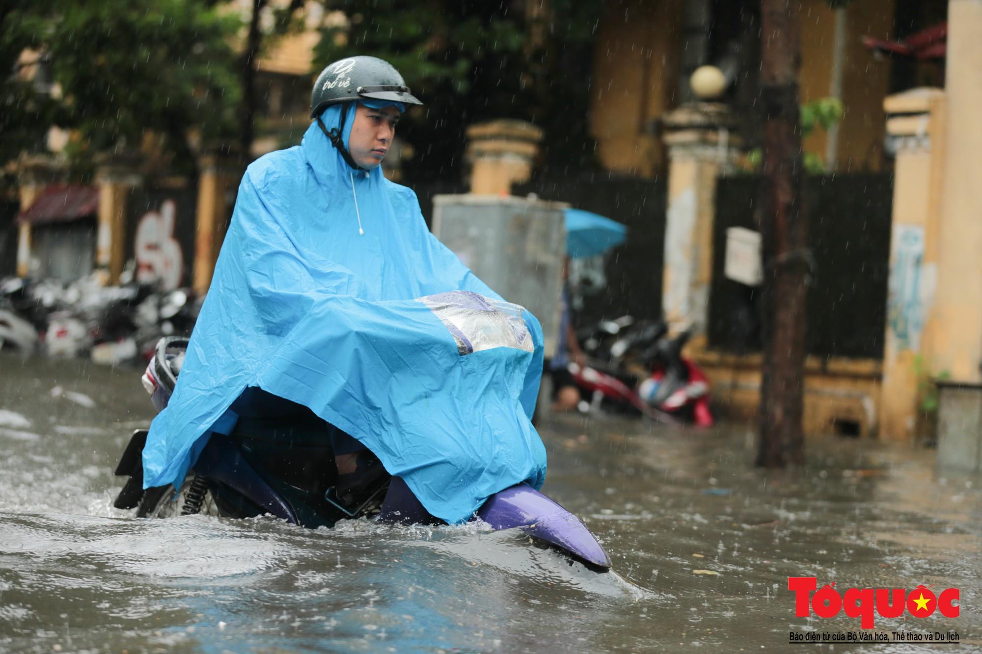 Hà Nội mưa lớn, xế hộp tập bơi qua tuyến phố ngâp nước (5)