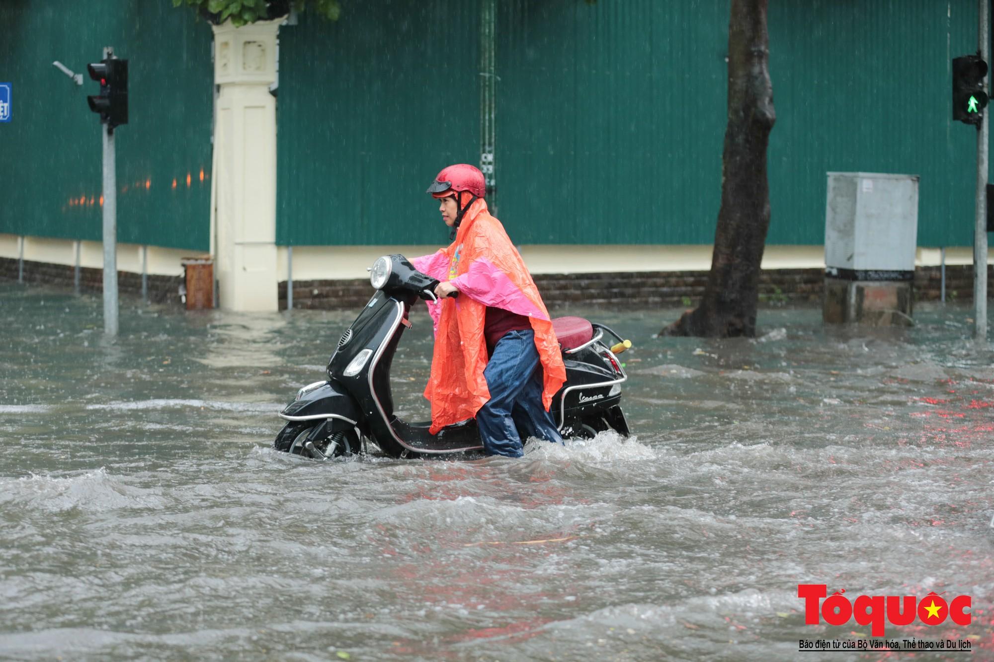 Hà Nội mưa lớn, xế hộp tập bơi qua tuyến phố ngâp nước (6)