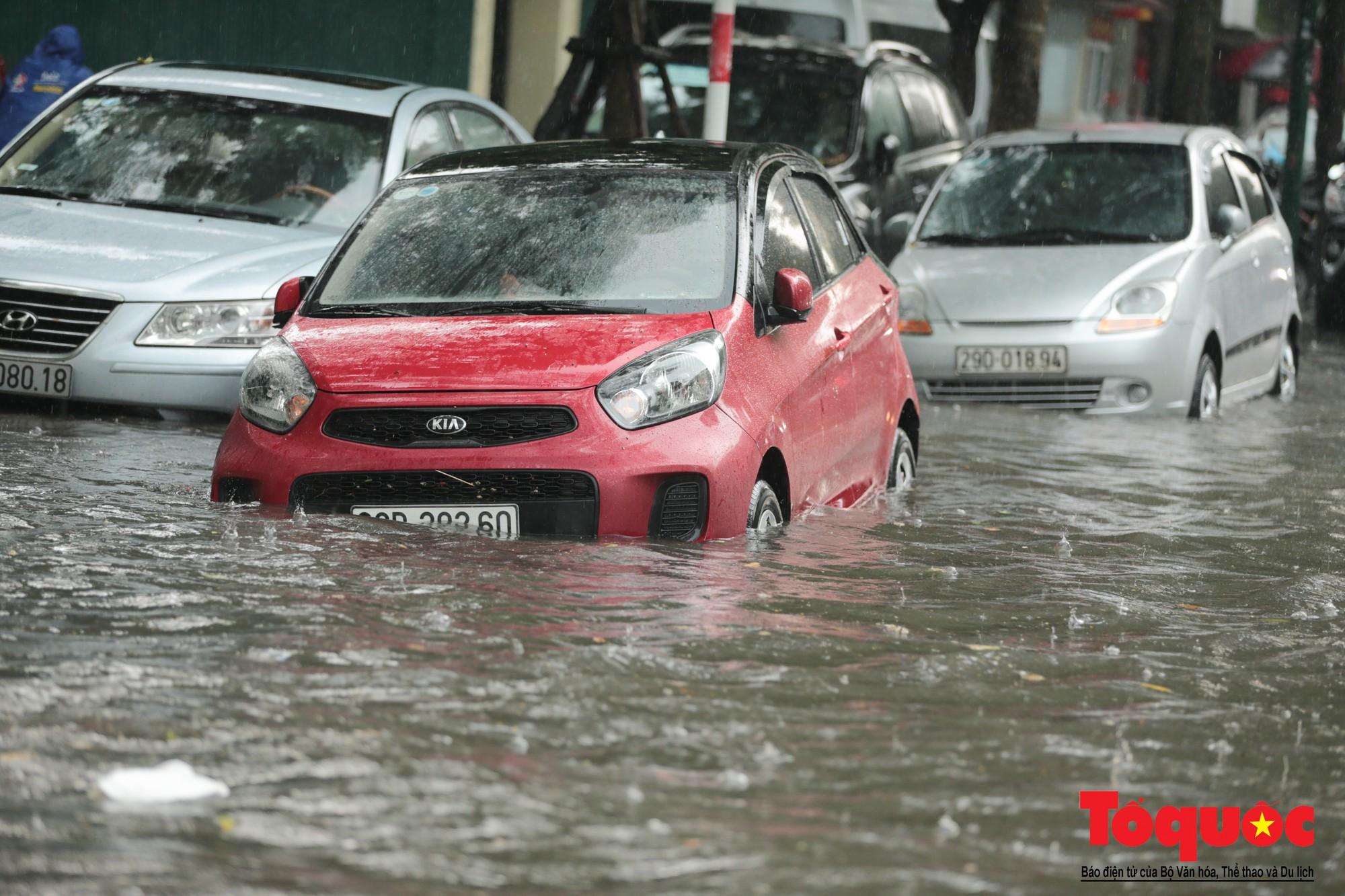 Hà Nội mưa lớn, xế hộp tập bơi qua tuyến phố ngâp nước (7)