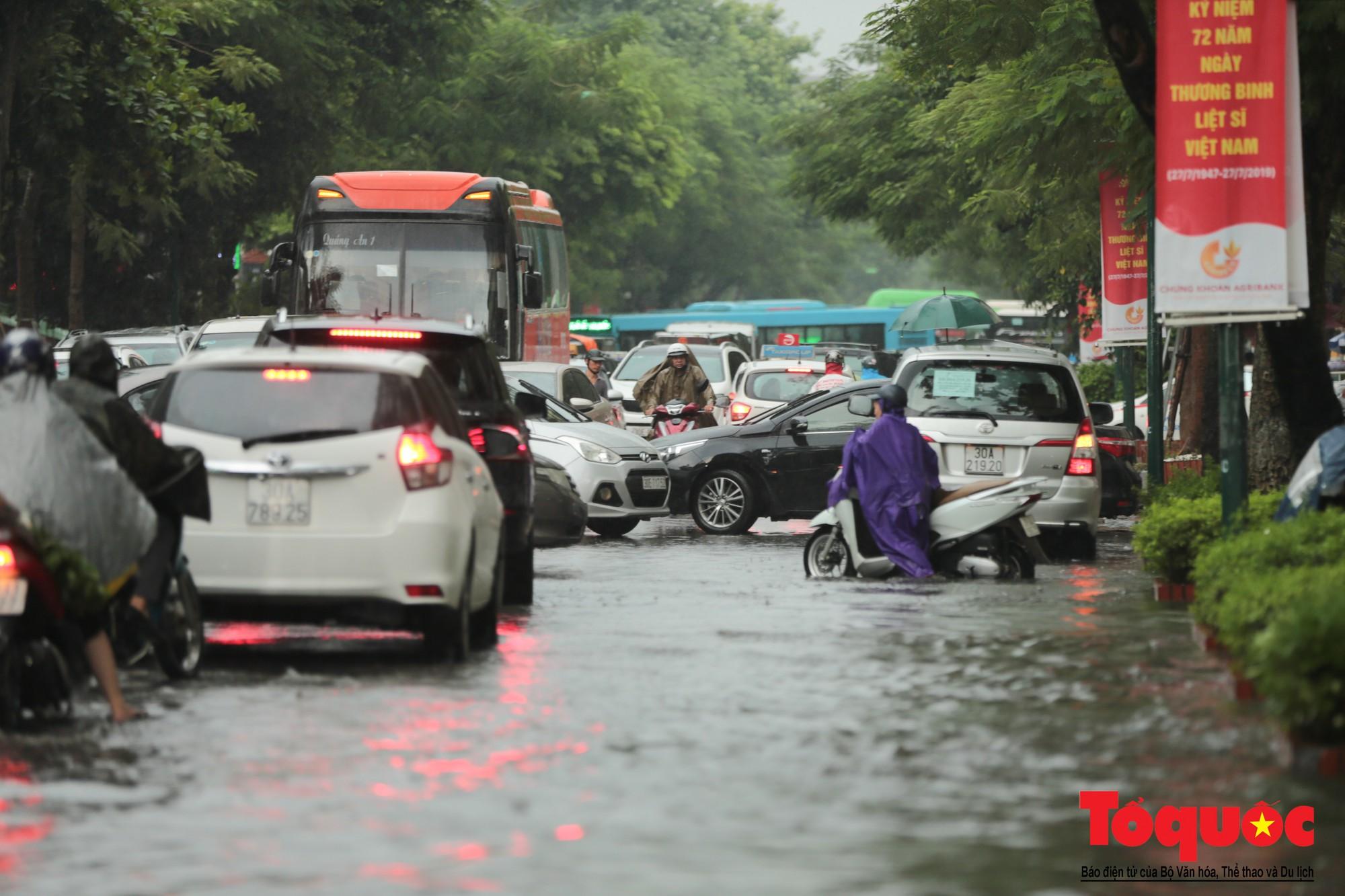Hà Nội mưa lớn, xế hộp tập bơi qua tuyến phố ngâp nước (8)