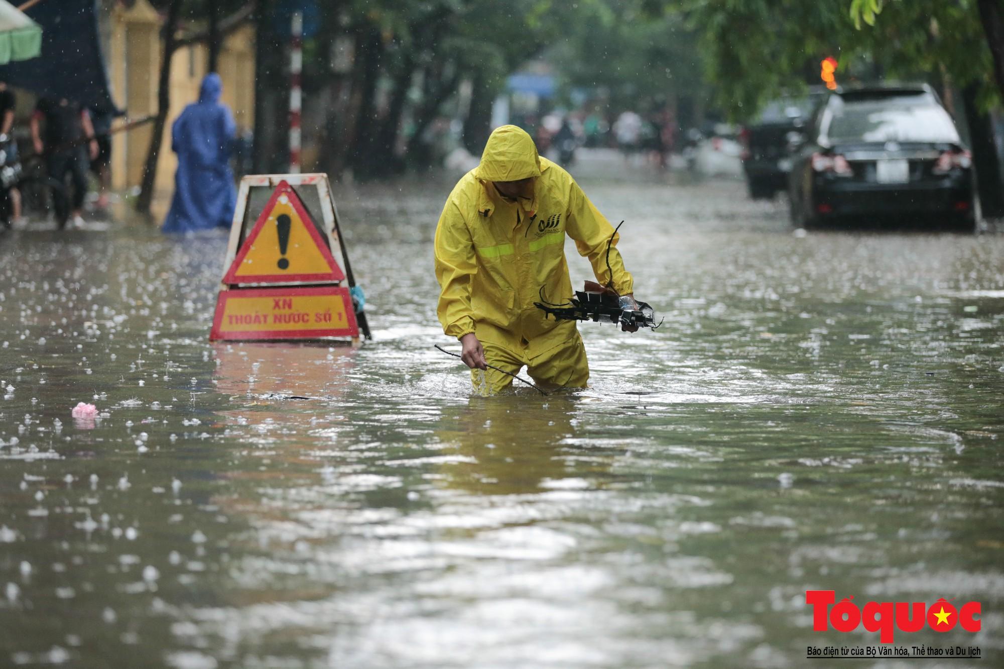 Hà Nội mưa lớn, xế hộp tập bơi qua tuyến phố ngâp nước (9)