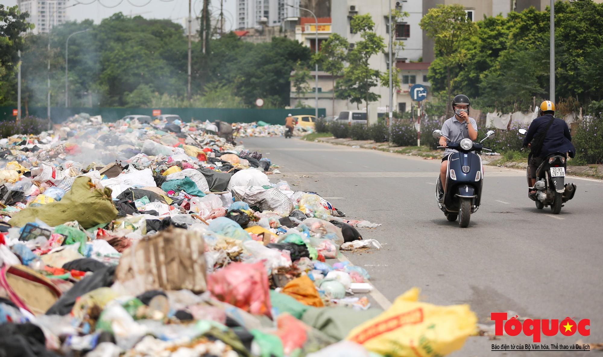 Hà Nội Ngỡ ngàng sau một đêm 4 chiếc ô tô chìm trong bãi rác (20)