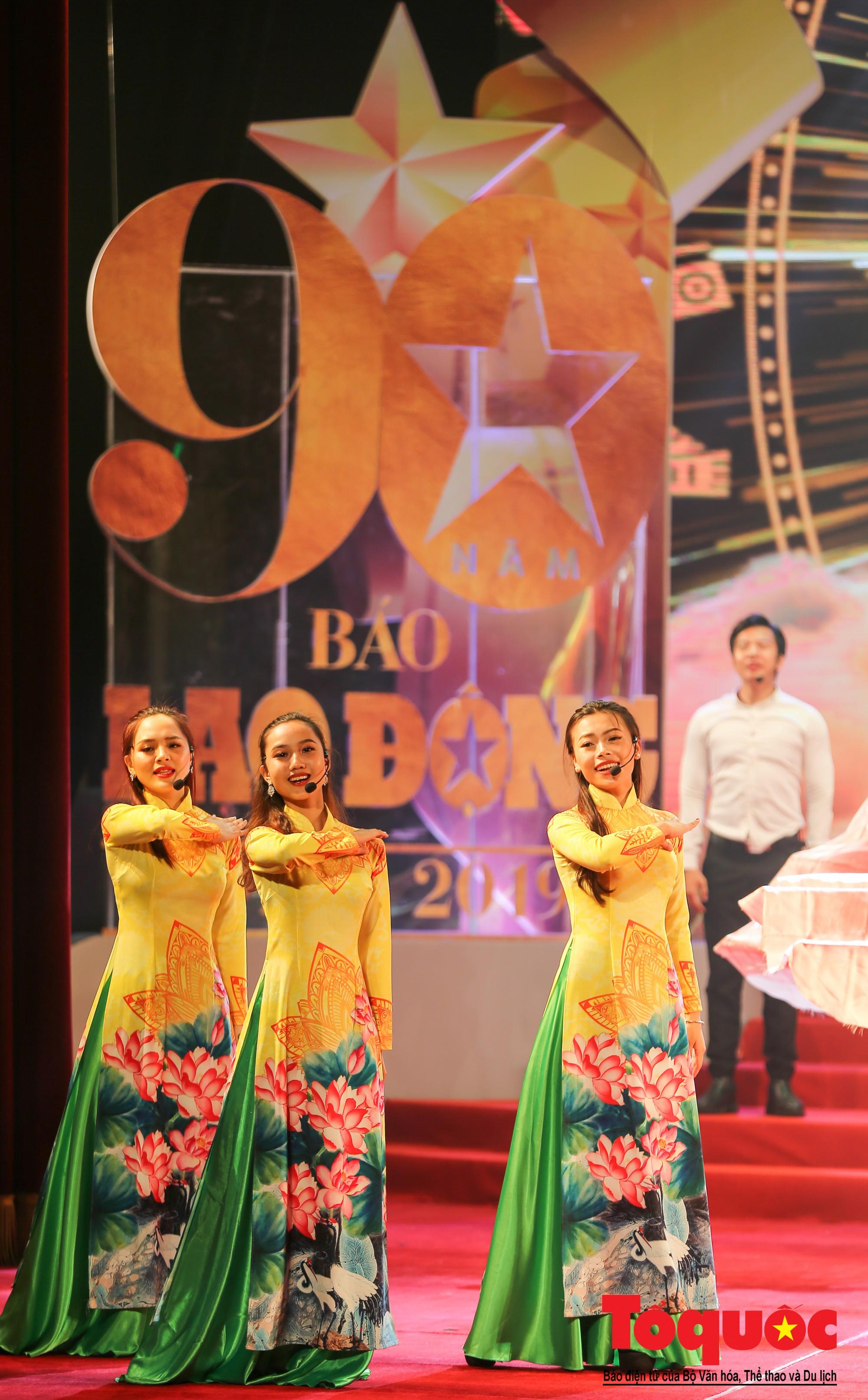 Thủ tướng Nguyễn Xuân Phúc trao Huân chương Lao động hạng Nhất cho Báo Lao Động (10)