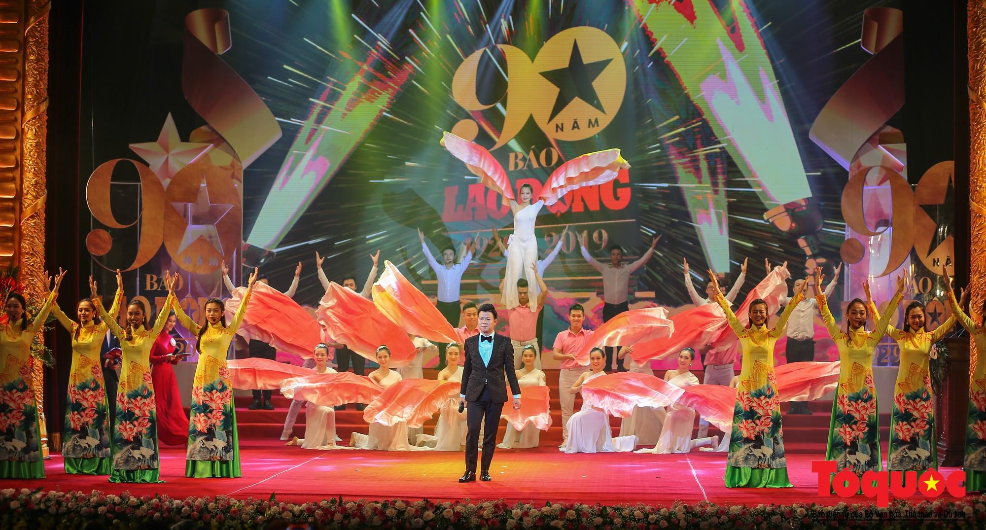 Thủ tướng Nguyễn Xuân Phúc trao Huân chương Lao động hạng Nhất cho Báo Lao Động (12)