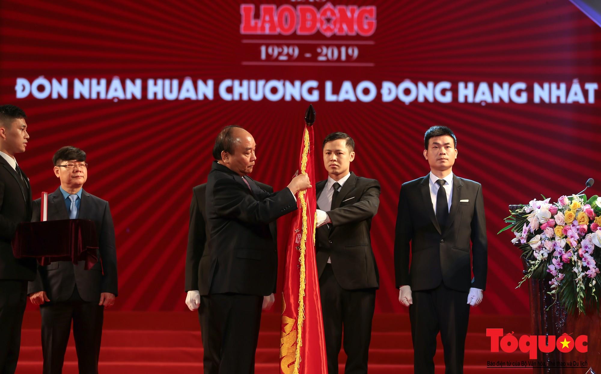 Thủ tướng Nguyễn Xuân Phúc trao Huân chương Lao động hạng Nhất cho Báo Lao Động (4)