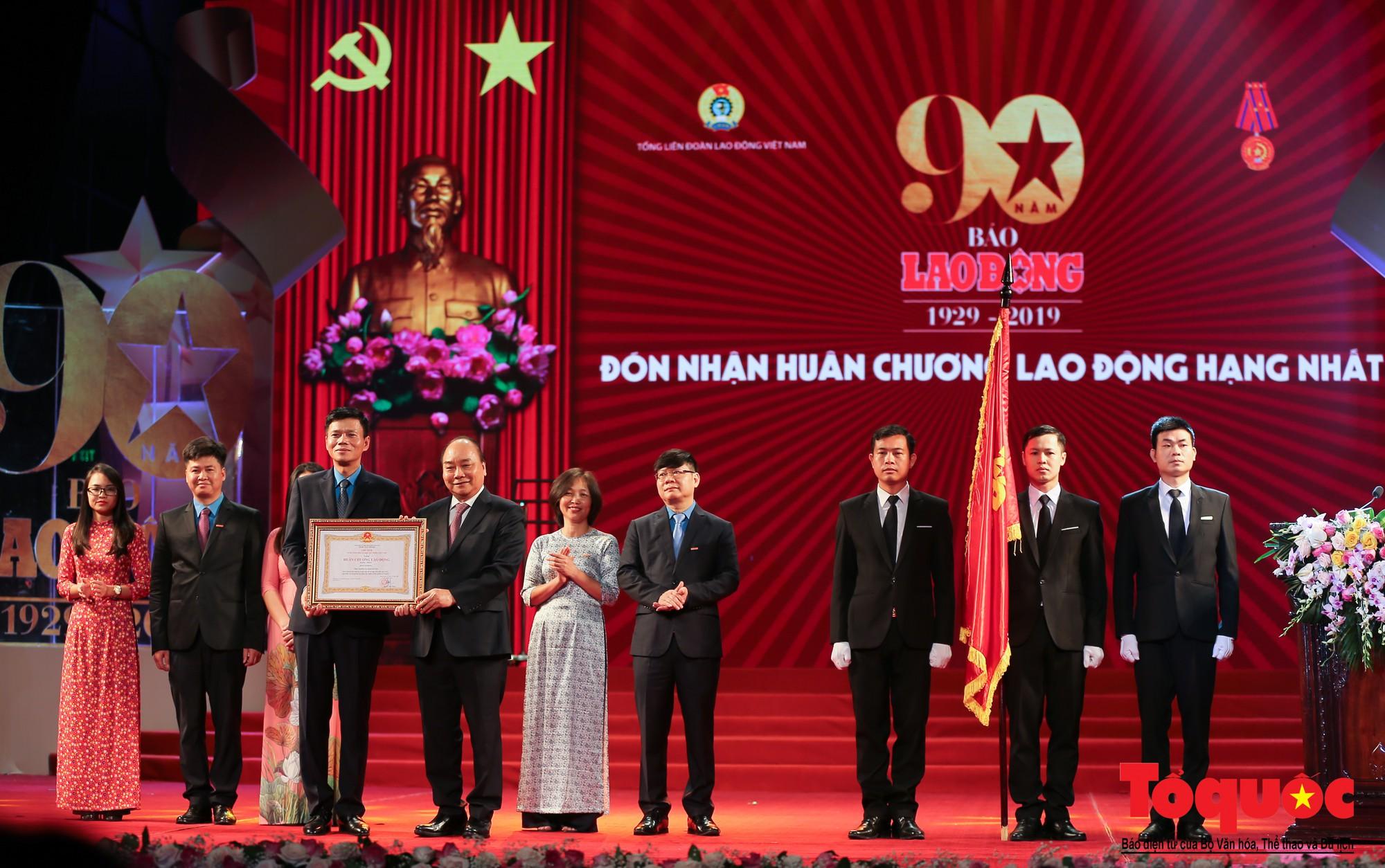 Thủ tướng Nguyễn Xuân Phúc trao Huân chương Lao động hạng Nhất cho Báo Lao Động (5)