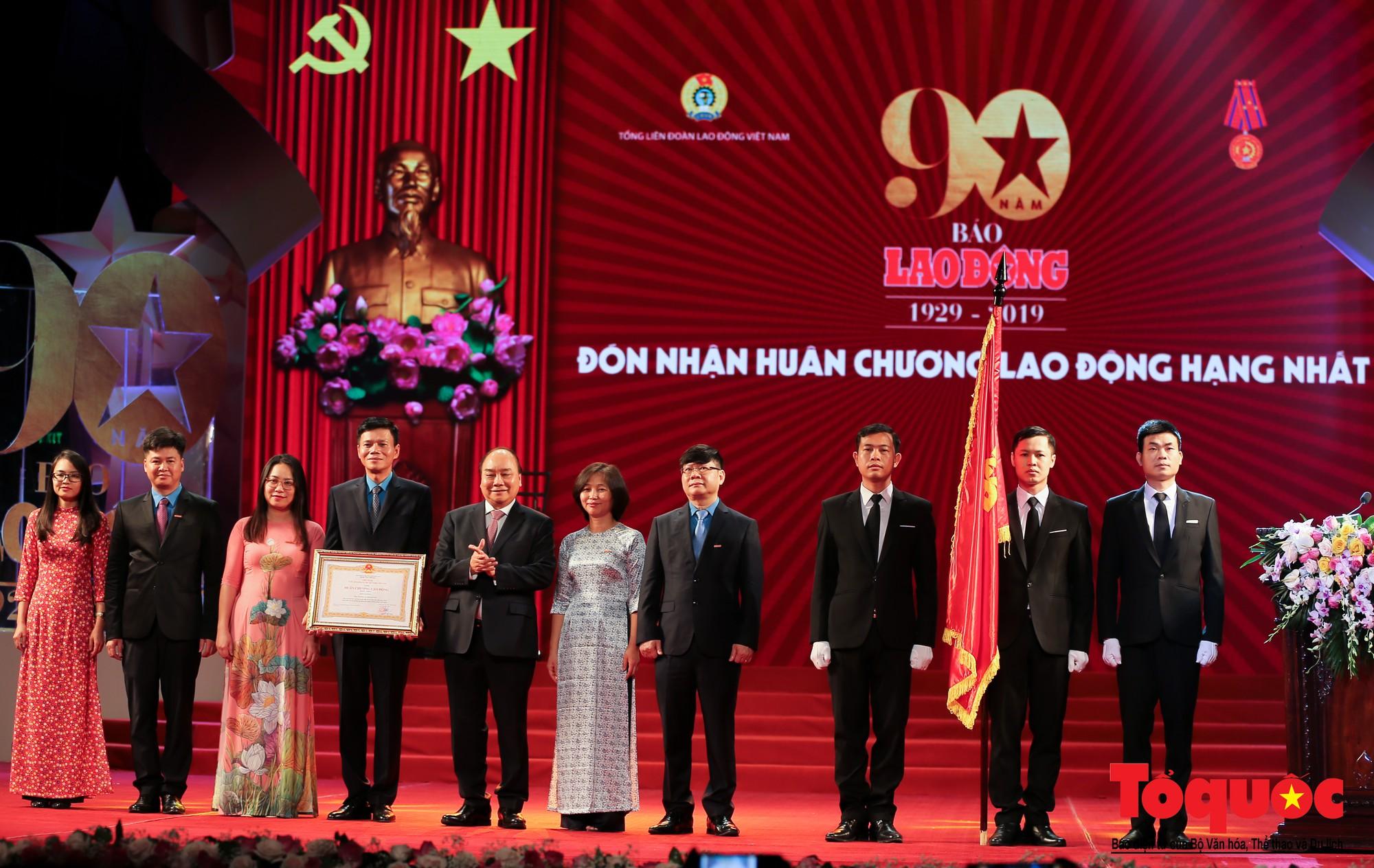Thủ tướng Nguyễn Xuân Phúc trao Huân chương Lao động hạng Nhất cho Báo Lao Động (6)