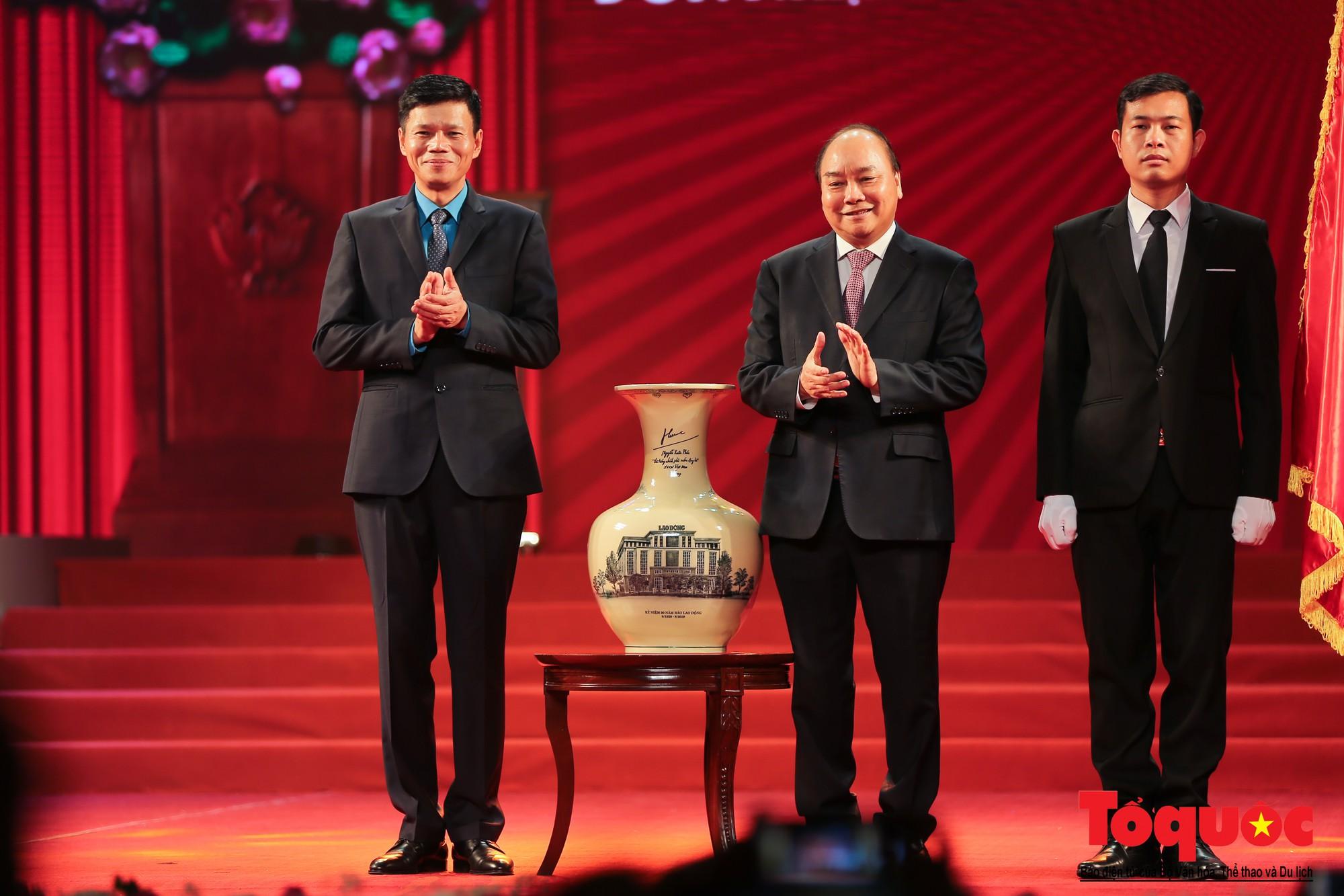 Thủ tướng Nguyễn Xuân Phúc trao Huân chương Lao động hạng Nhất cho Báo Lao Động (7)