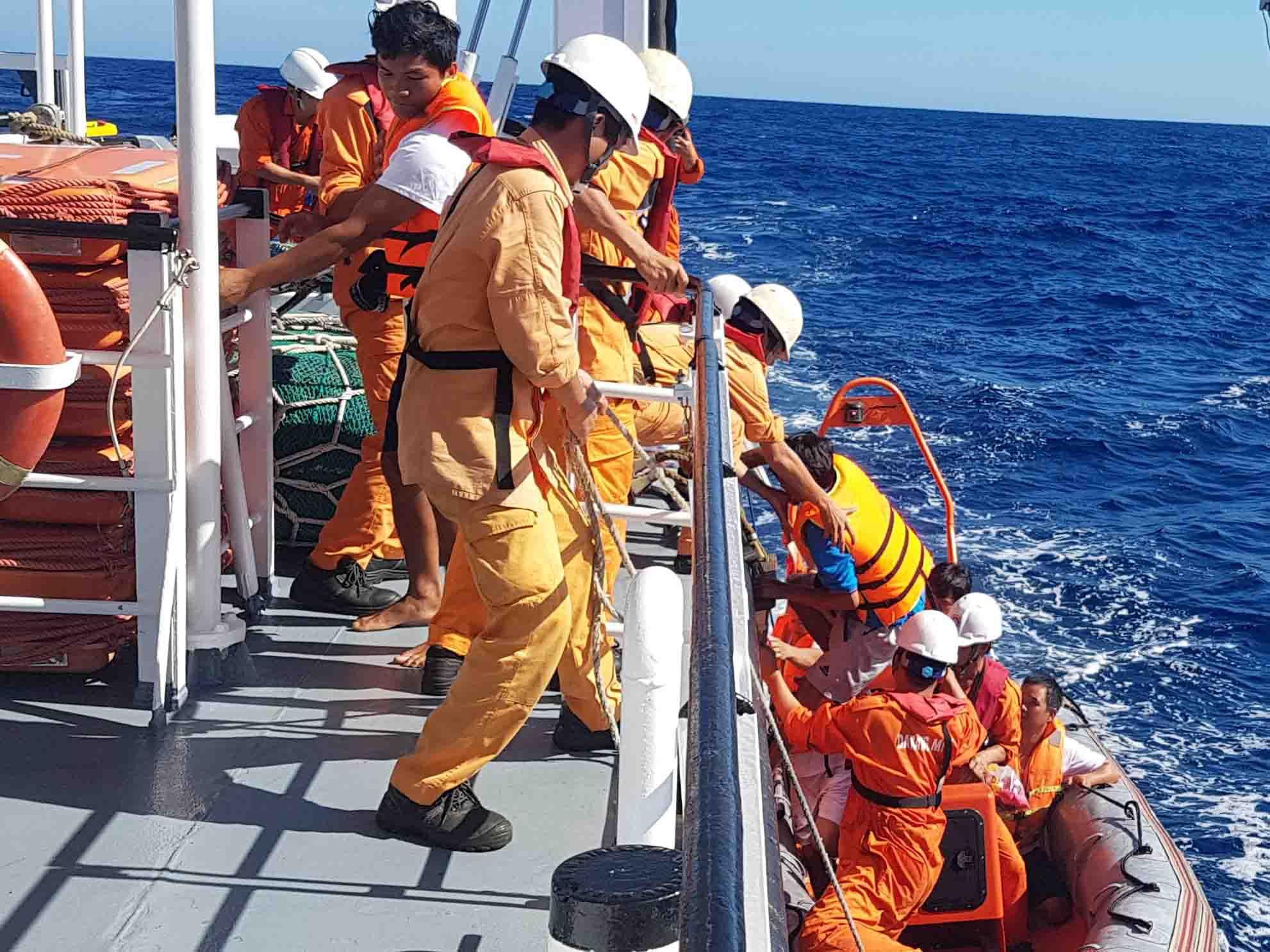 06 thuyền viên gặp nạn tàu QB 93838 TS được lực lượng cứu nạn hàng hải tìm kiếm và cứu sống