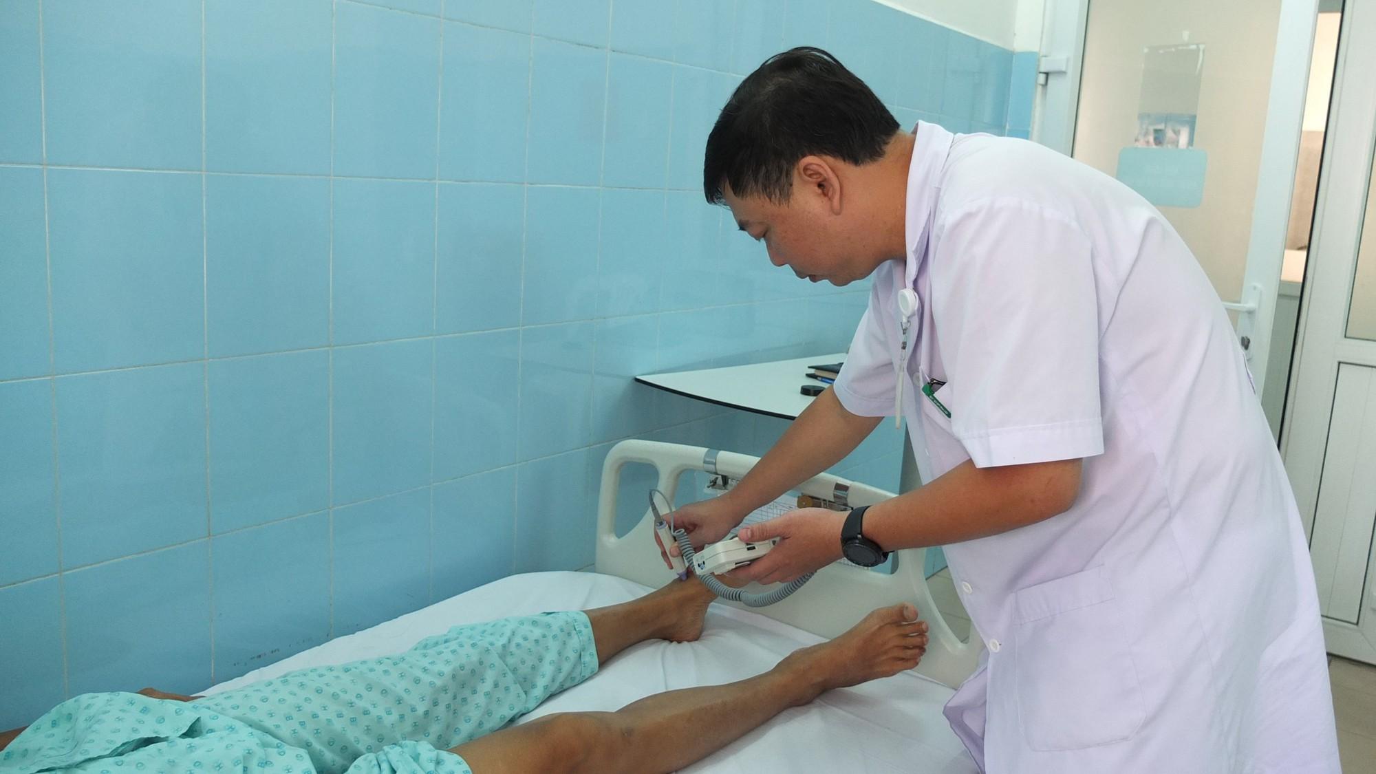 BS BV Bình Dân kiểm tra tình trạng mạch máu ông V