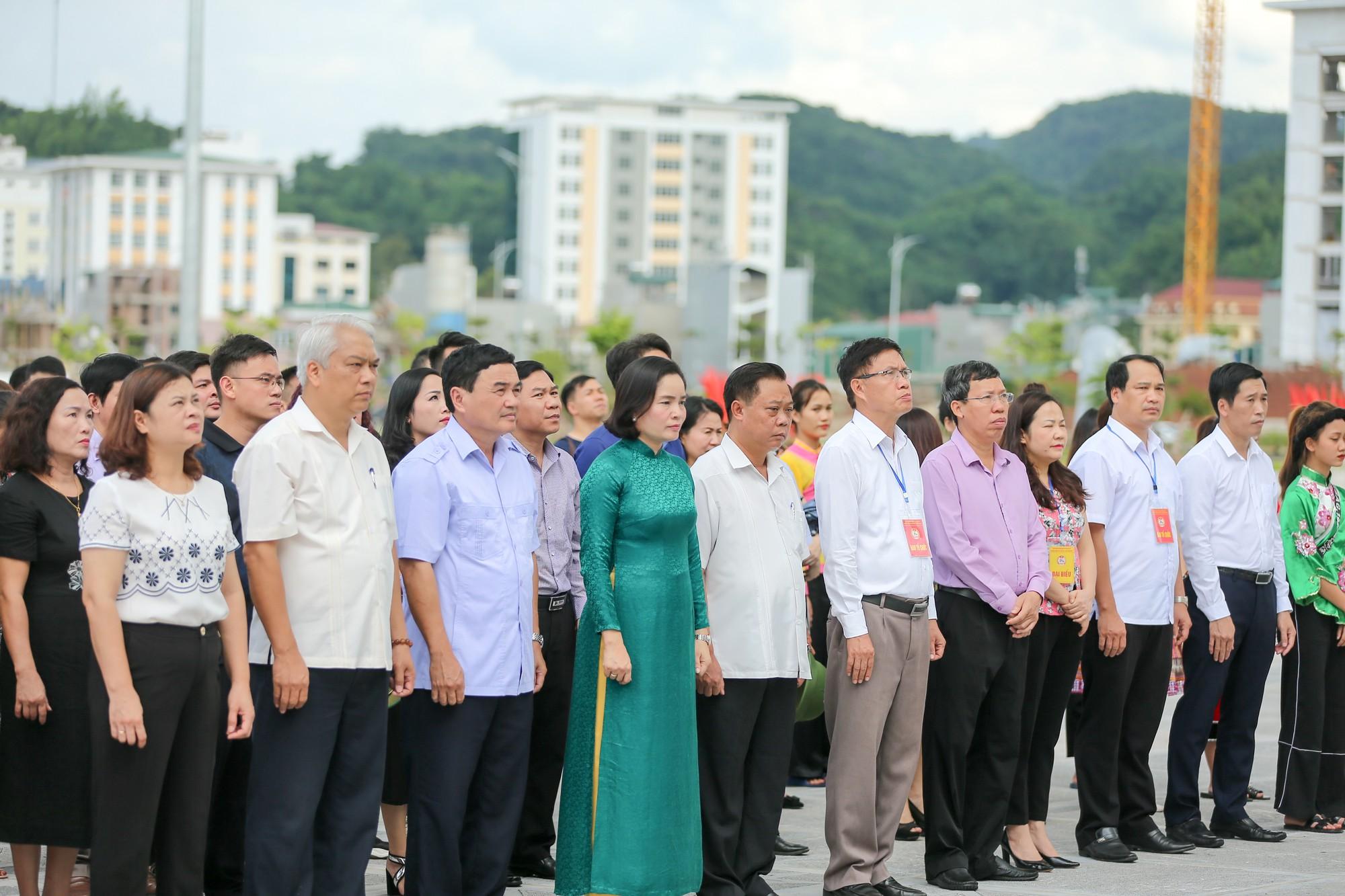 Thứ trưởng Trịnh Thị Thuỷ cùng đồng bào các dân tộc dâng hương Chủ tịch Hồ Chí Minh1