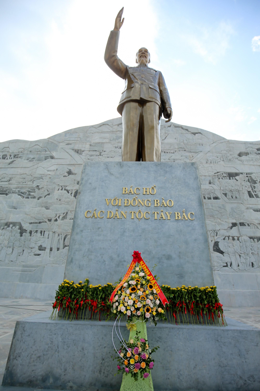 Thứ trưởng Trịnh Thị Thuỷ cùng đồng bào các dân tộc dâng hương Chủ tịch Hồ Chí Minh11
