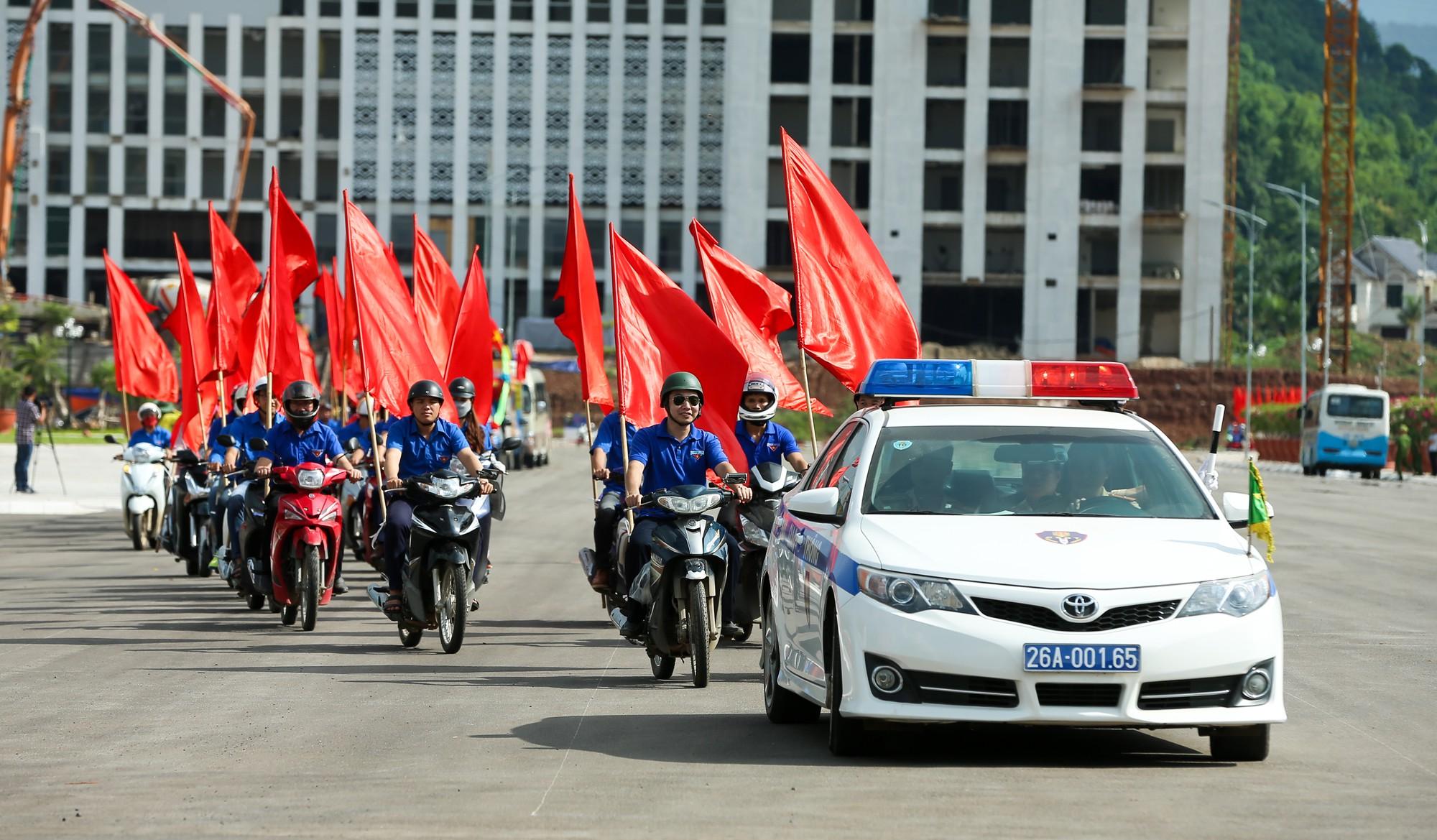 Thứ trưởng Trịnh Thị Thuỷ cùng đồng bào các dân tộc dâng hương Chủ tịch Hồ Chí Minh12