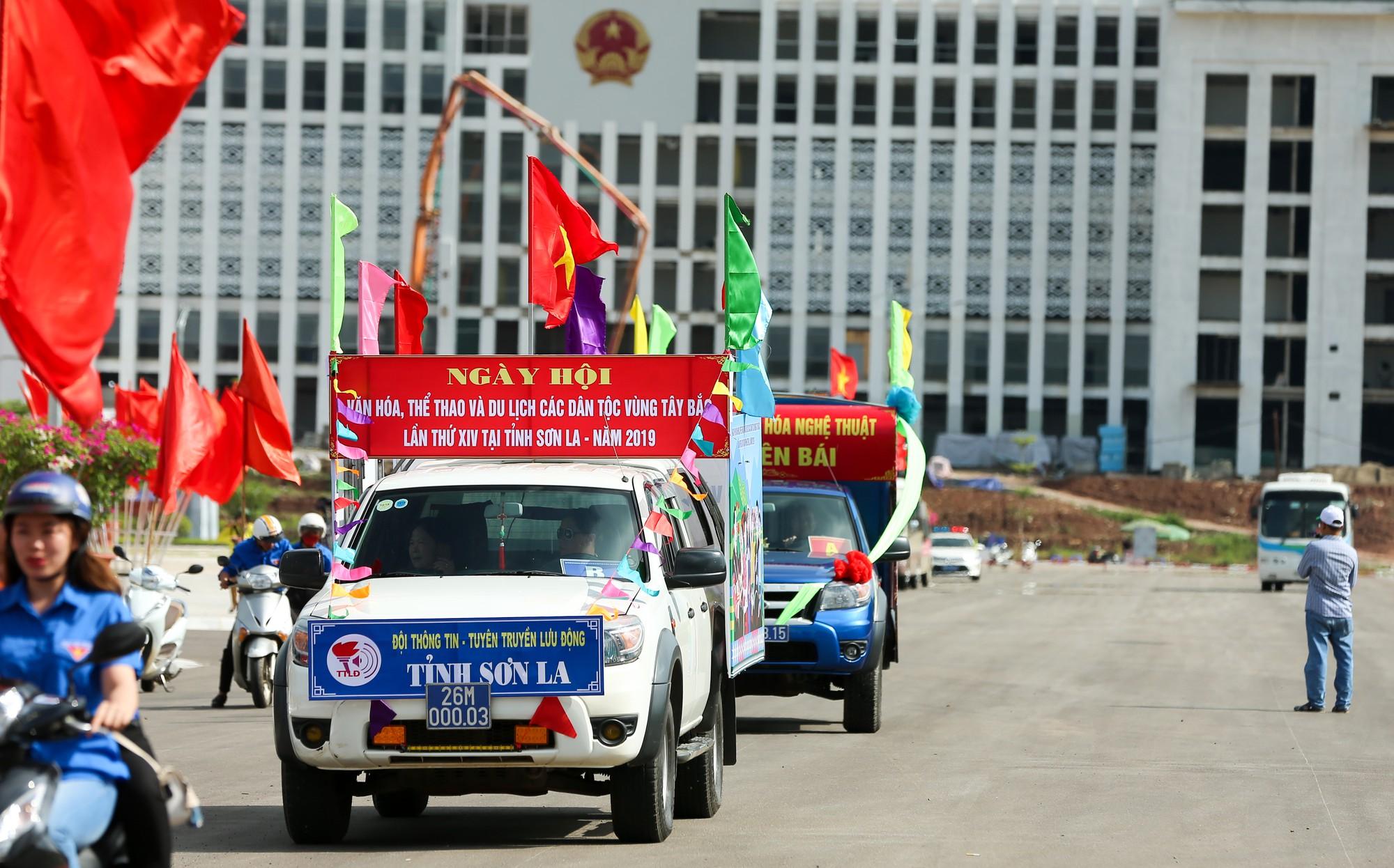 Thứ trưởng Trịnh Thị Thuỷ cùng đồng bào các dân tộc dâng hương Chủ tịch Hồ Chí Minh13