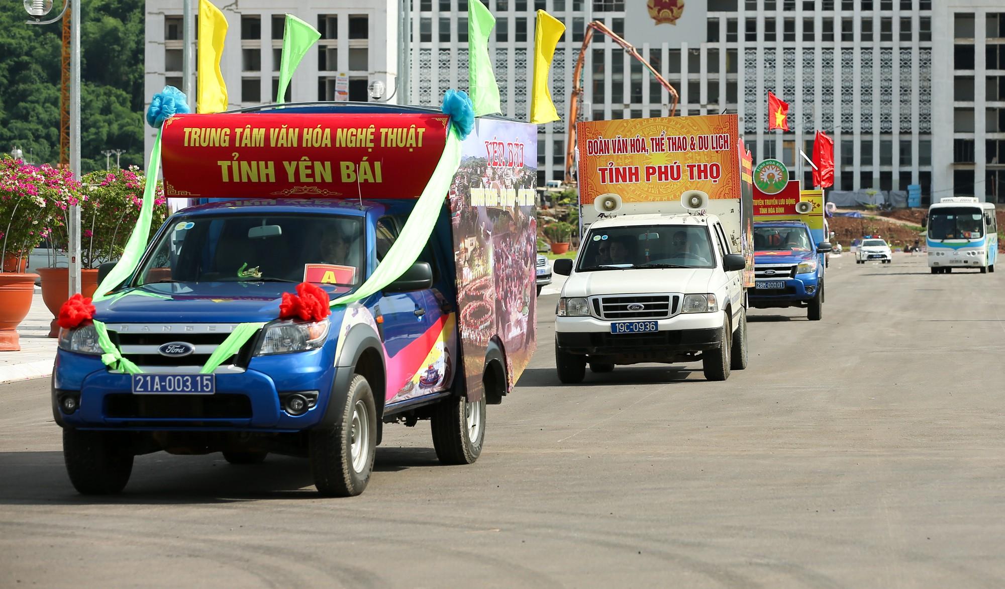 Thứ trưởng Trịnh Thị Thuỷ cùng đồng bào các dân tộc dâng hương Chủ tịch Hồ Chí Minh14
