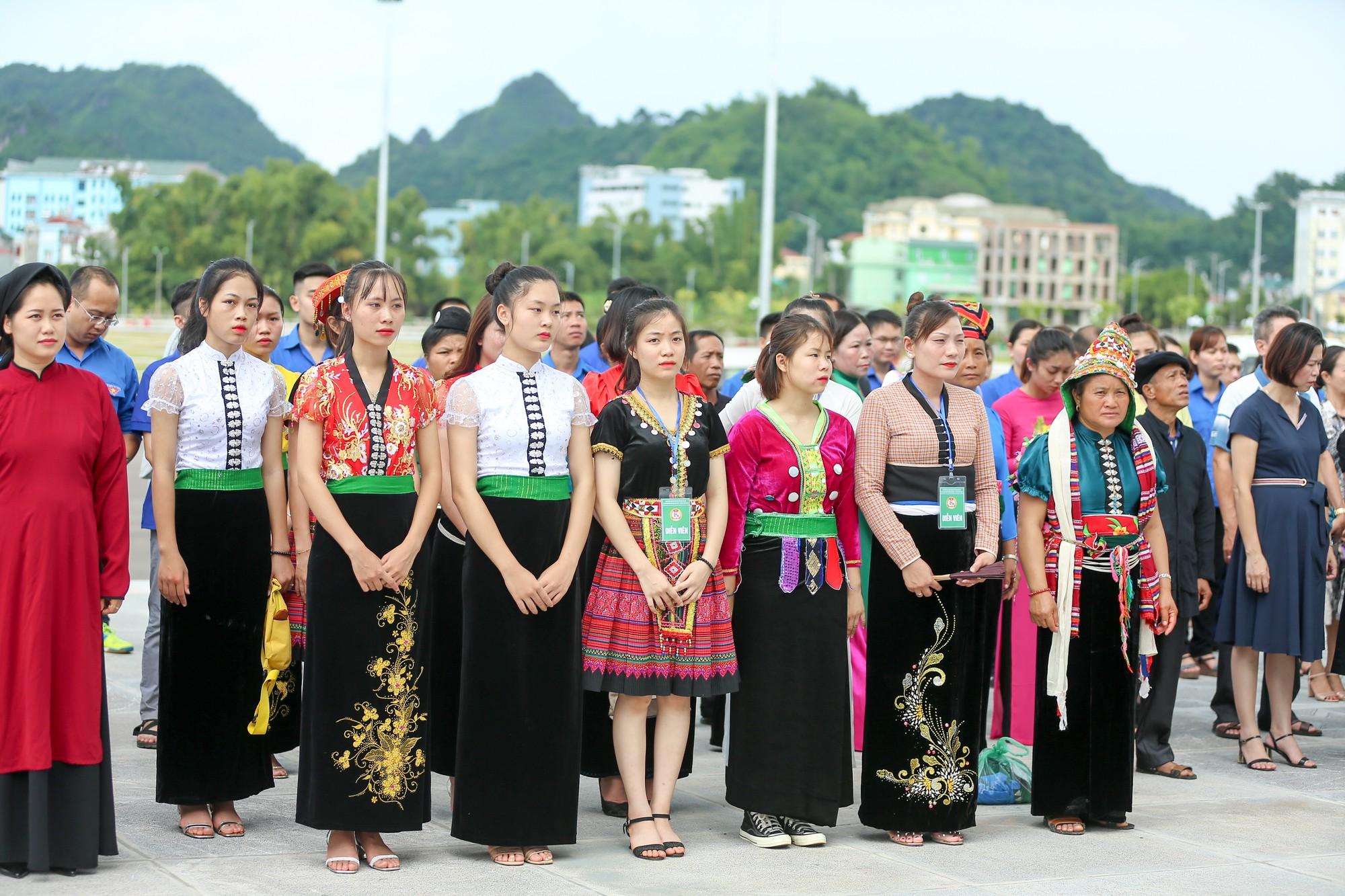 Thứ trưởng Trịnh Thị Thuỷ cùng đồng bào các dân tộc dâng hương Chủ tịch Hồ Chí Minh2