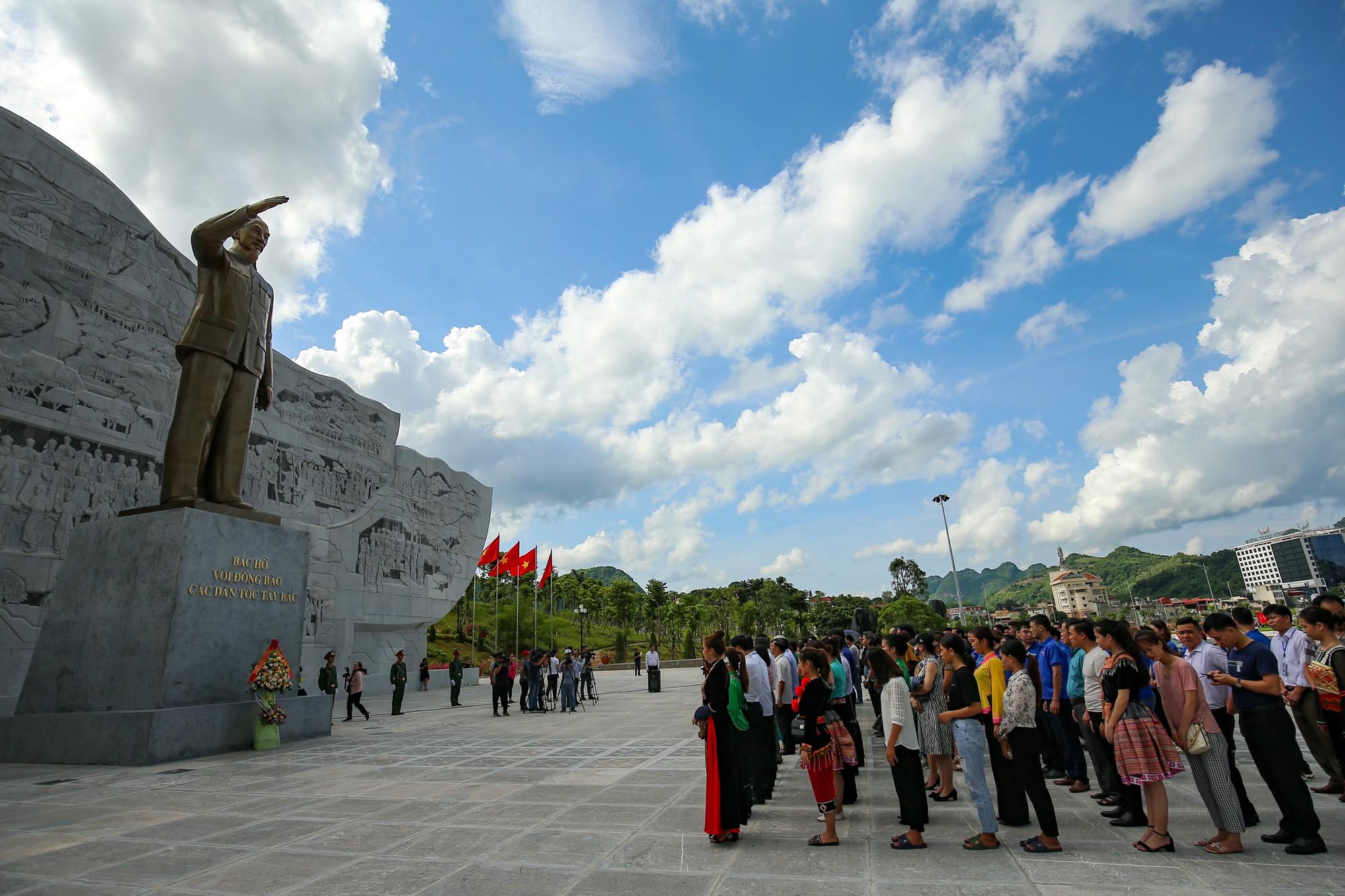 Thứ trưởng Trịnh Thị Thuỷ cùng đồng bào các dân tộc dâng hương Chủ tịch Hồ Chí Minh4