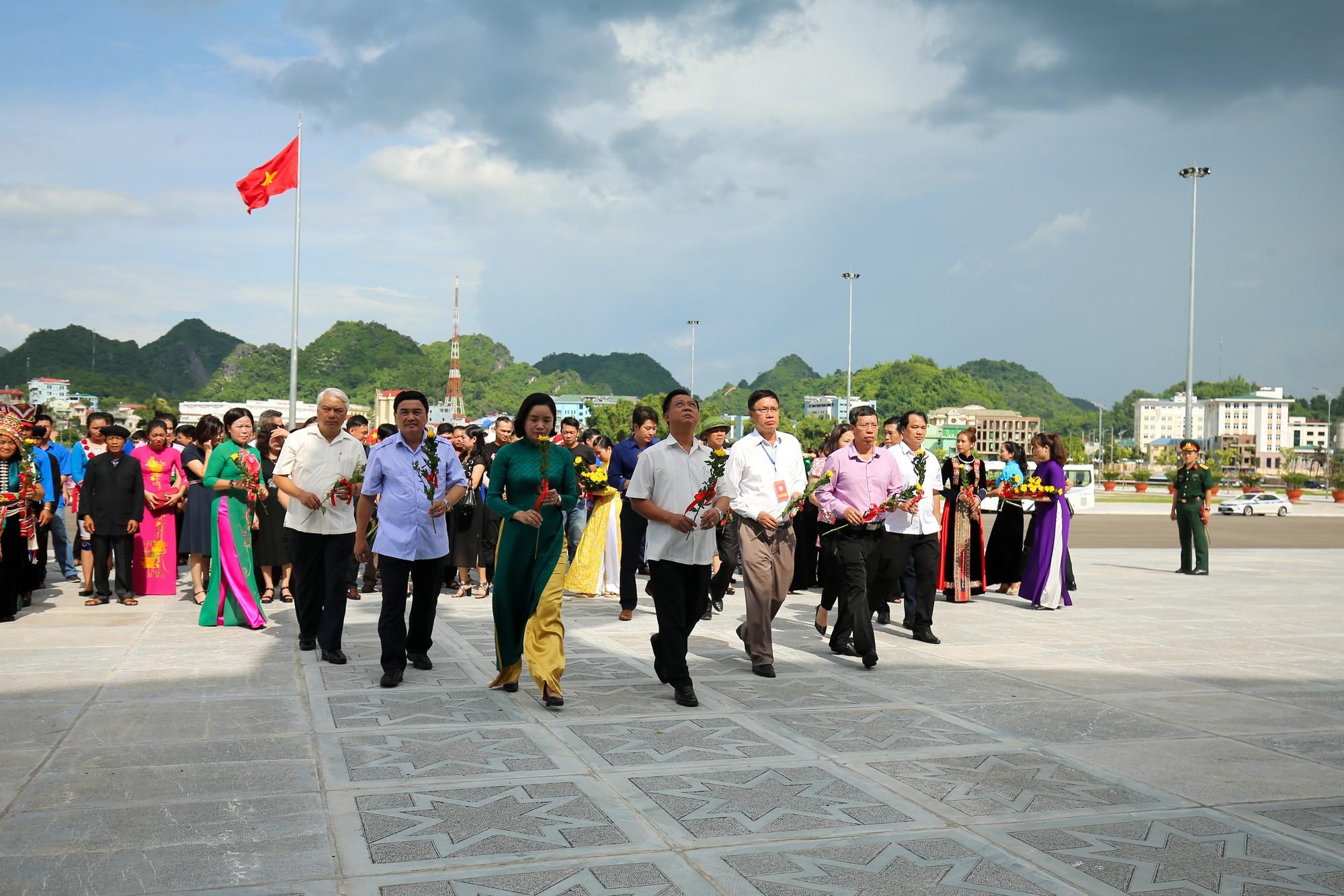 Thứ trưởng Trịnh Thị Thuỷ cùng đồng bào các dân tộc dâng hương Chủ tịch Hồ Chí Minh6
