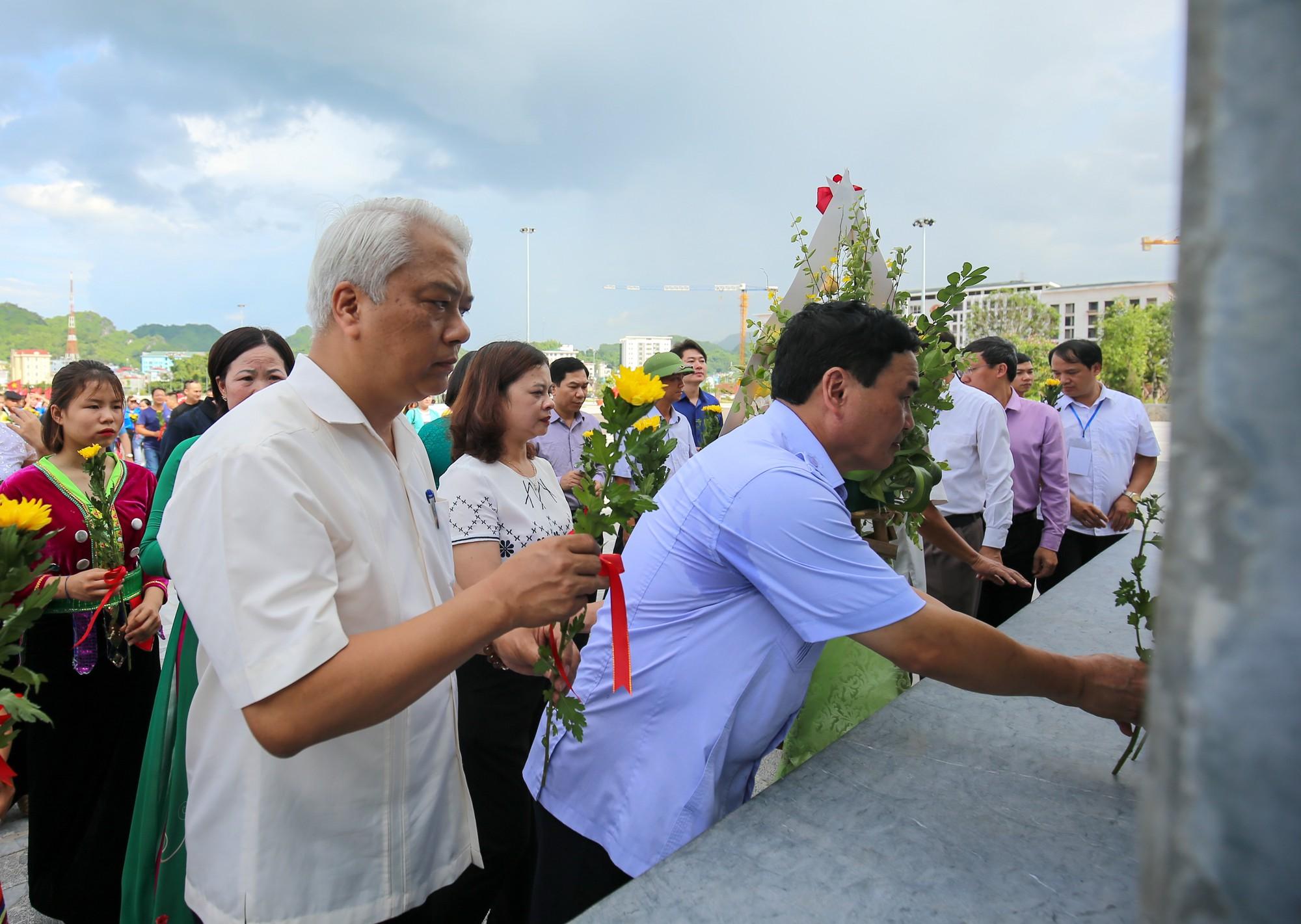 Thứ trưởng Trịnh Thị Thuỷ cùng đồng bào các dân tộc dâng hương Chủ tịch Hồ Chí Minh7