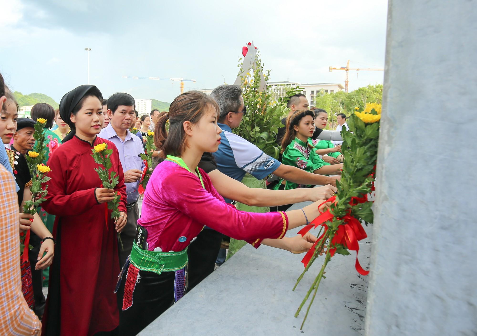 Thứ trưởng Trịnh Thị Thuỷ cùng đồng bào các dân tộc dâng hương Chủ tịch Hồ Chí Minh8