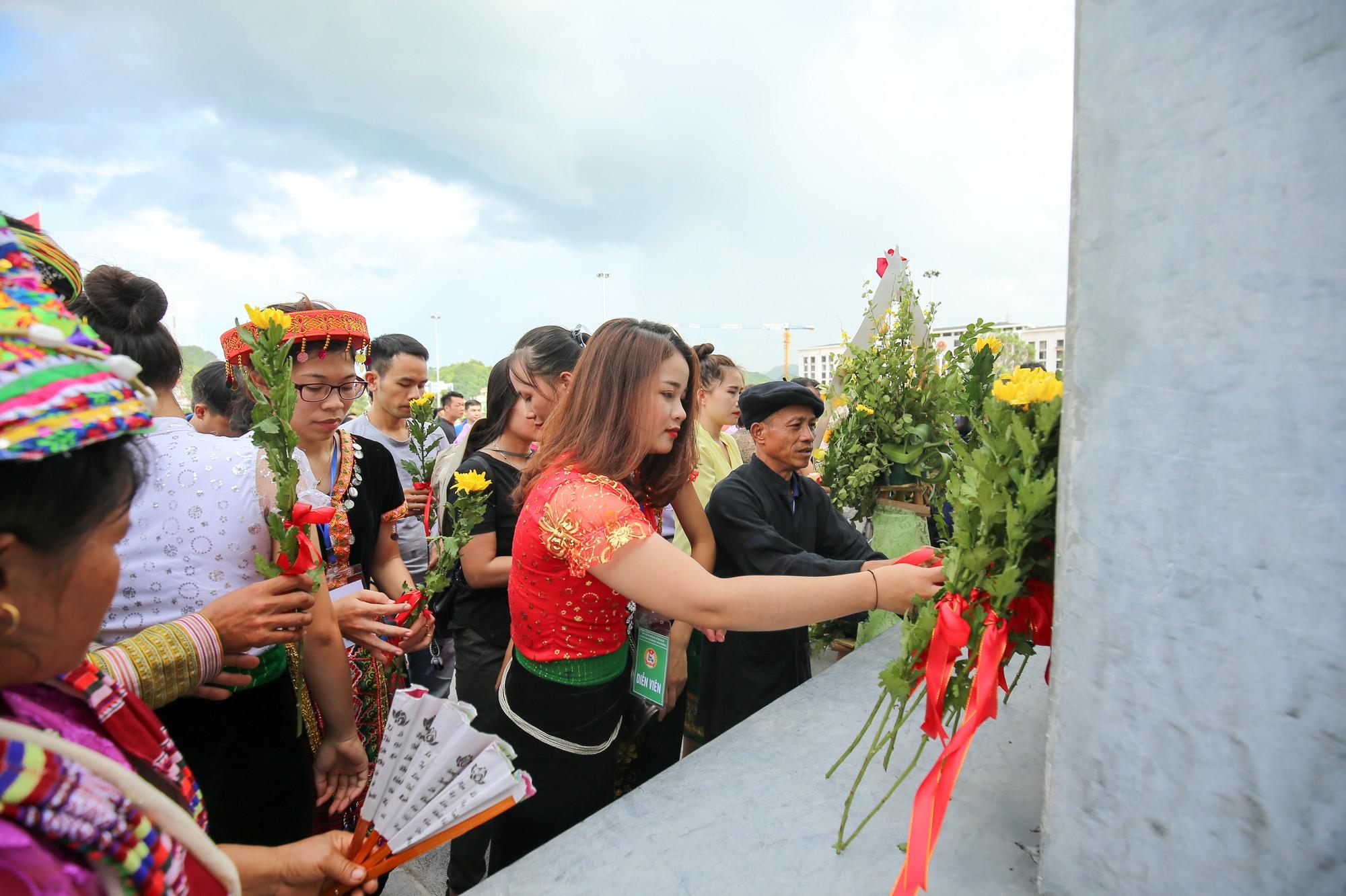 Thứ trưởng Trịnh Thị Thuỷ cùng đồng bào các dân tộc dâng hương Chủ tịch Hồ Chí Minh9
