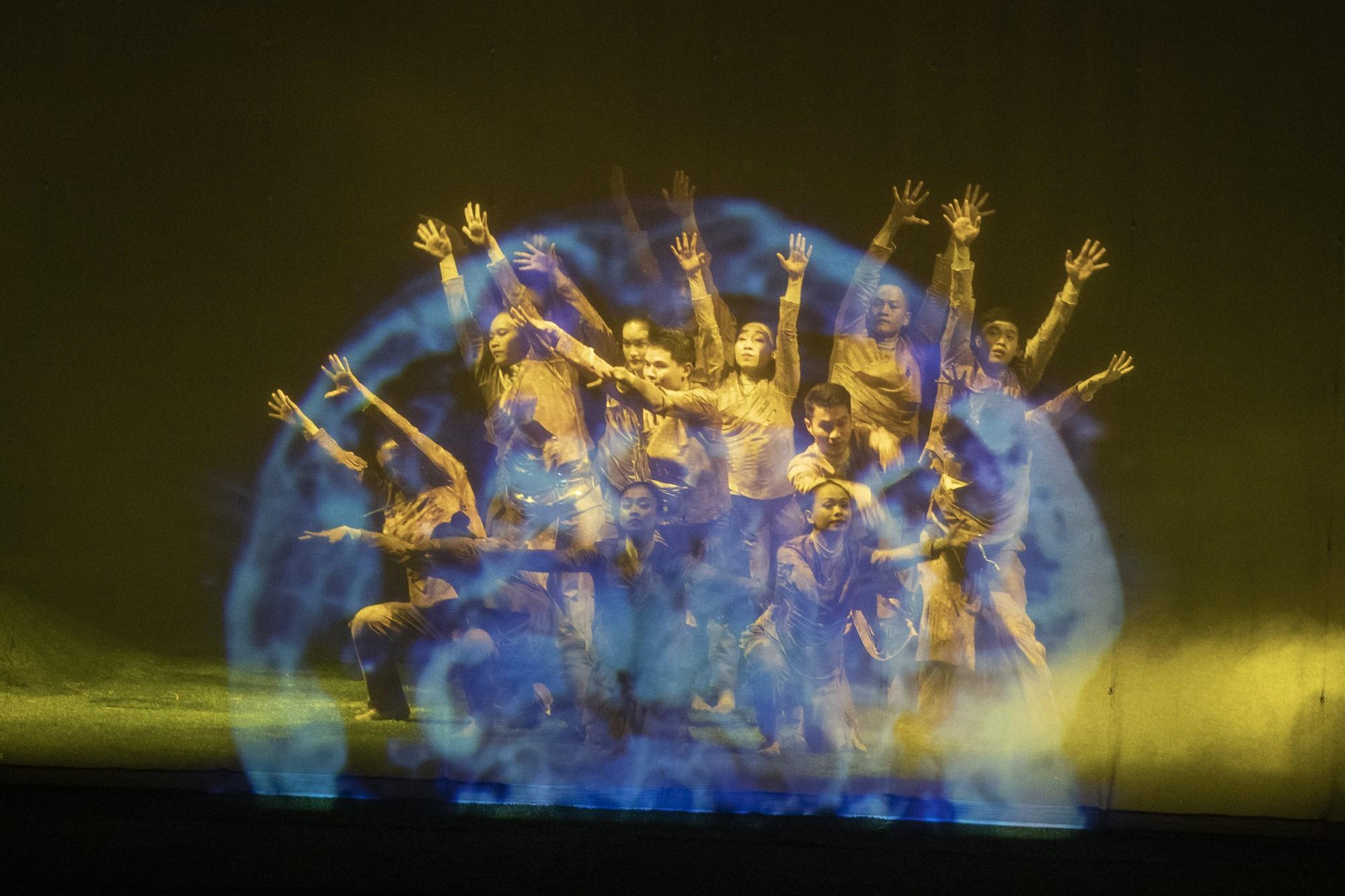 Tiết mục múa với Màn Gauze và Hologram 3D